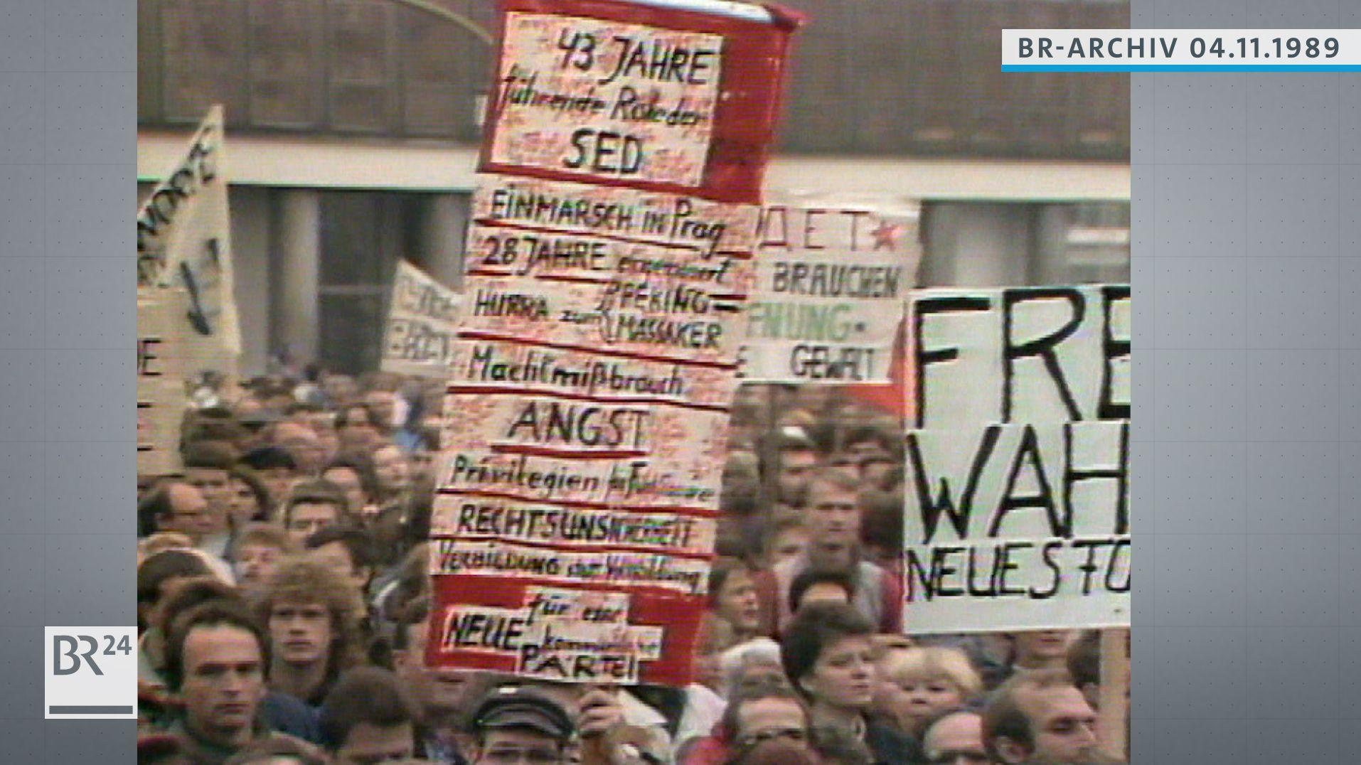 Demonstranten marschieren mit Plakaten