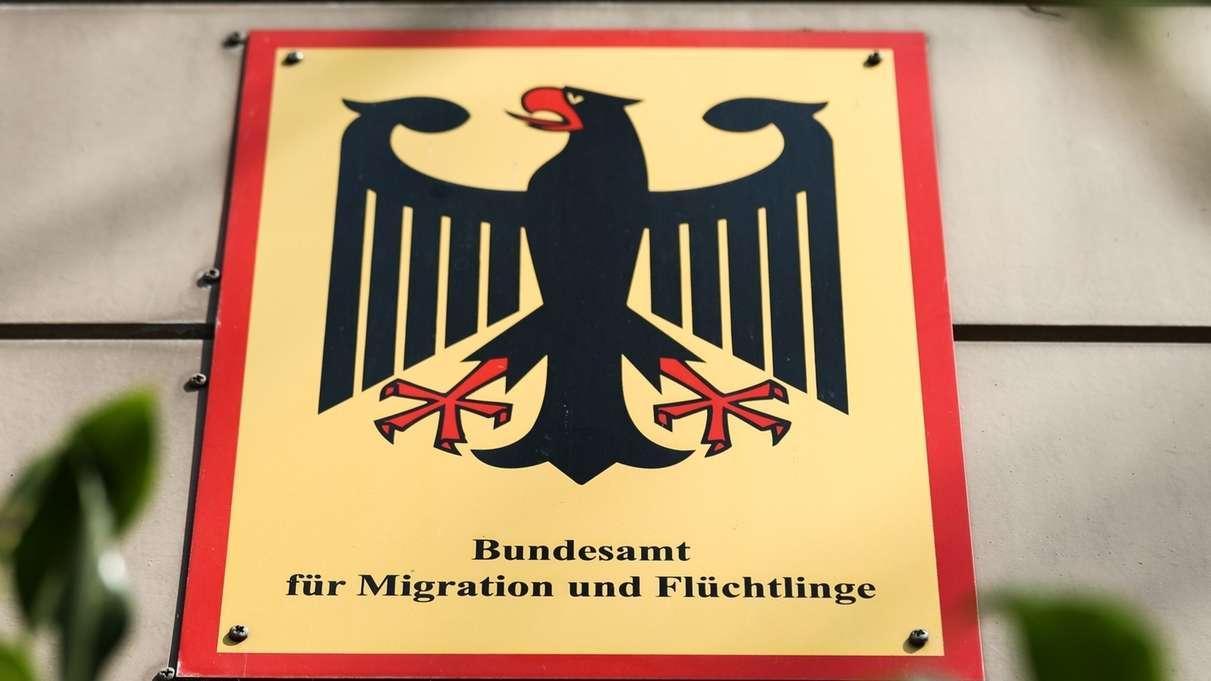 """Schild mit der Aufschrift """"Bundesamt für Migration und Flüchtlinge"""""""