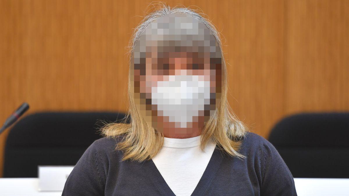 Susanne G. auf der Anklagebank am 29.04.2021 im Oberlandesgericht München