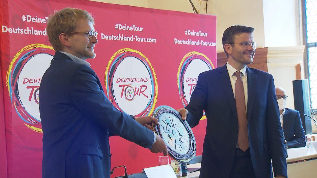 Nürnbergs Oberbürgermeister Marcus König (rechts) mit Fabian Wegmann, dem Sportlichen Leiter der Deutschland Tour.