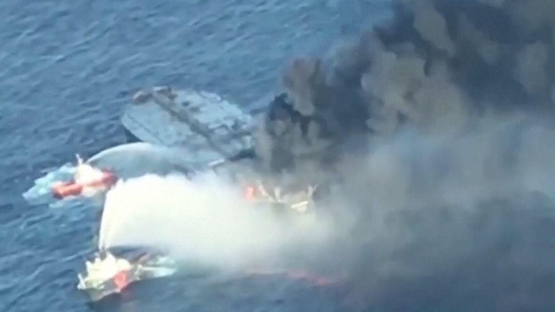 Schiffe bekämpfen die Flammen auf einem Öltanker