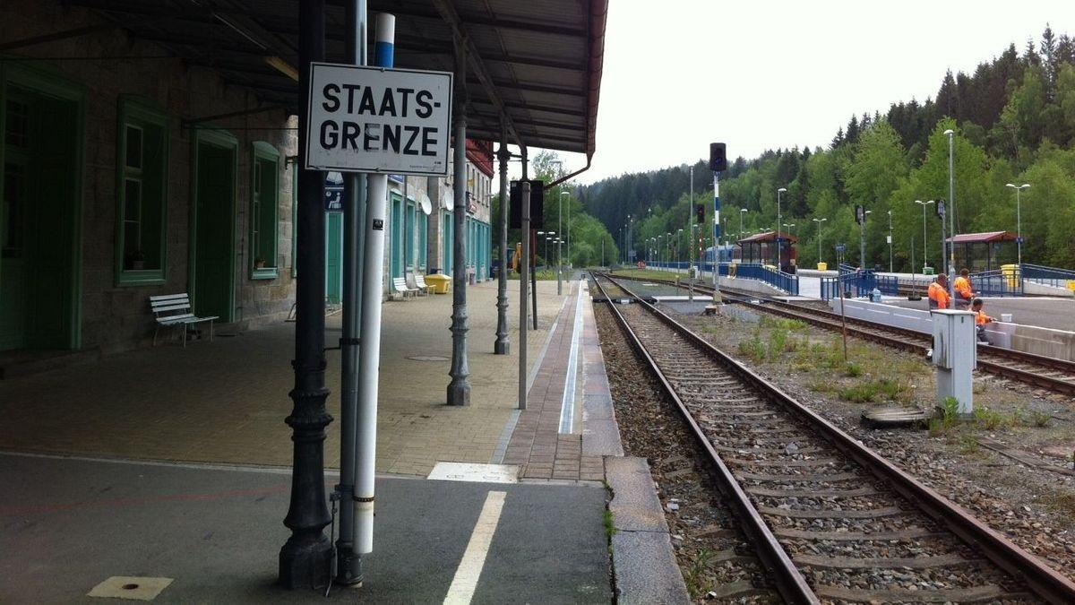 Die Staatsgrenze zwischen Deutschland und Tschechien verläuft mitten durch den Bahnhof von Bayerisch Eisenstein