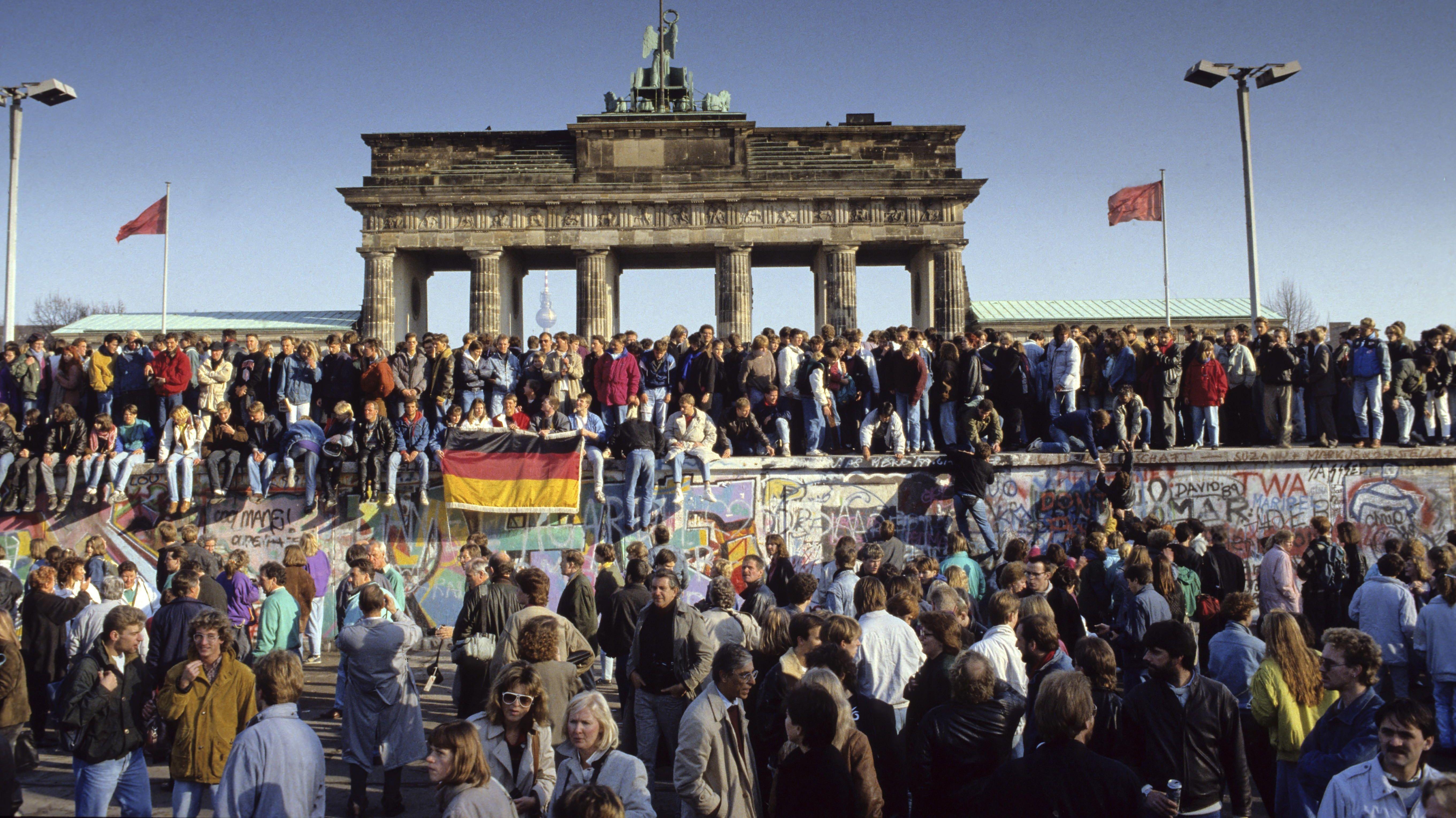 10. November 1989: Am Morgen feiern sie immer noch.