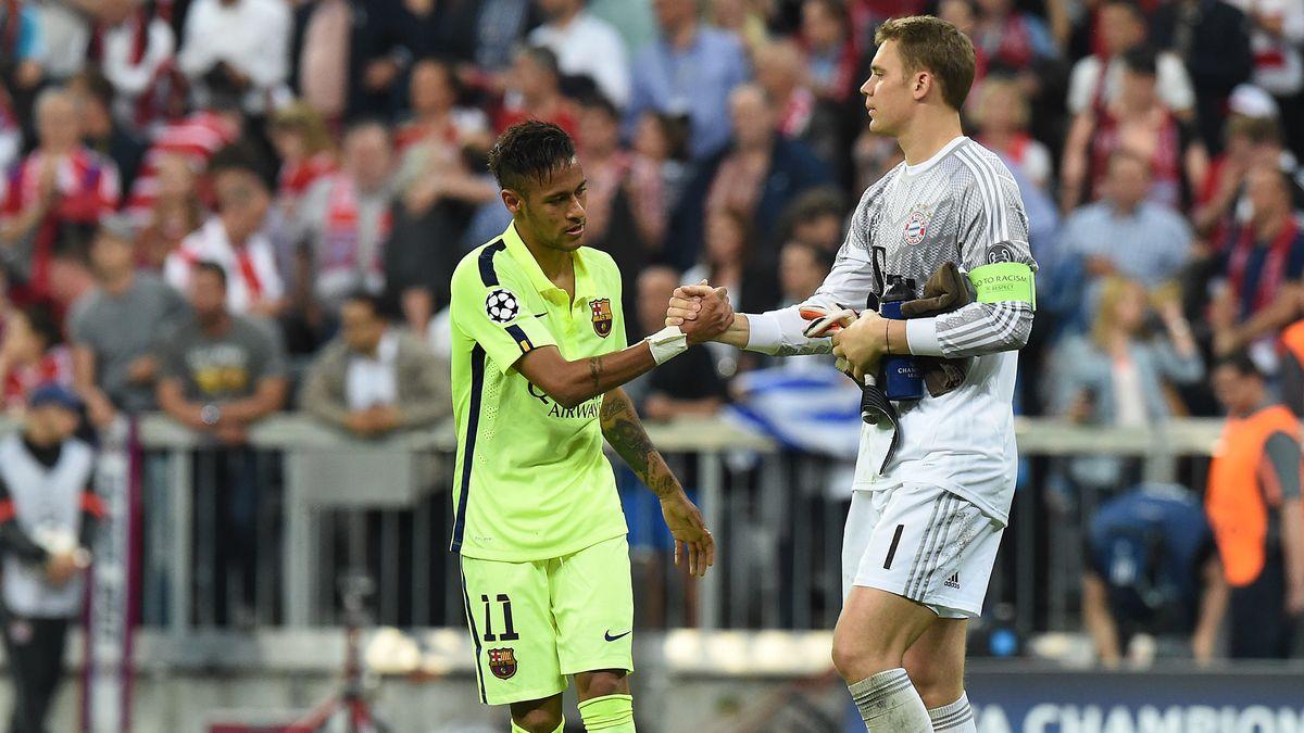 Manuel Neuer reicht Neymar die Hand.