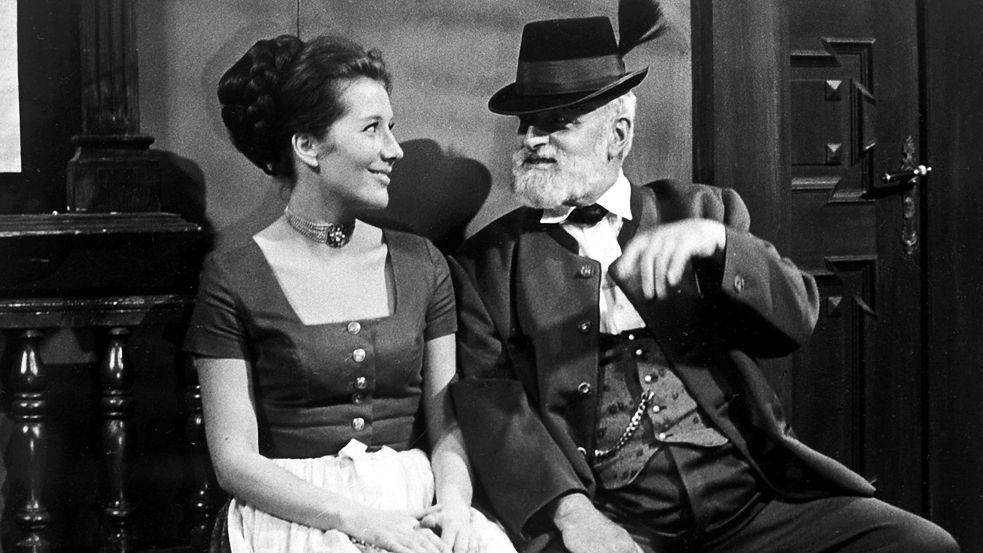 """Veronika Fitz und Albert Hörmann in """"Königlich Bayerisches Amtsgericht"""", einer Fernsehserie, die zwischen 1968 und 1972 entstanden ist und Gerichtsszenen in einem Amtsgericht im fiktiven niederbayerischen Ort Geisbach in den Jahren 1912/1913 beschreibt."""
