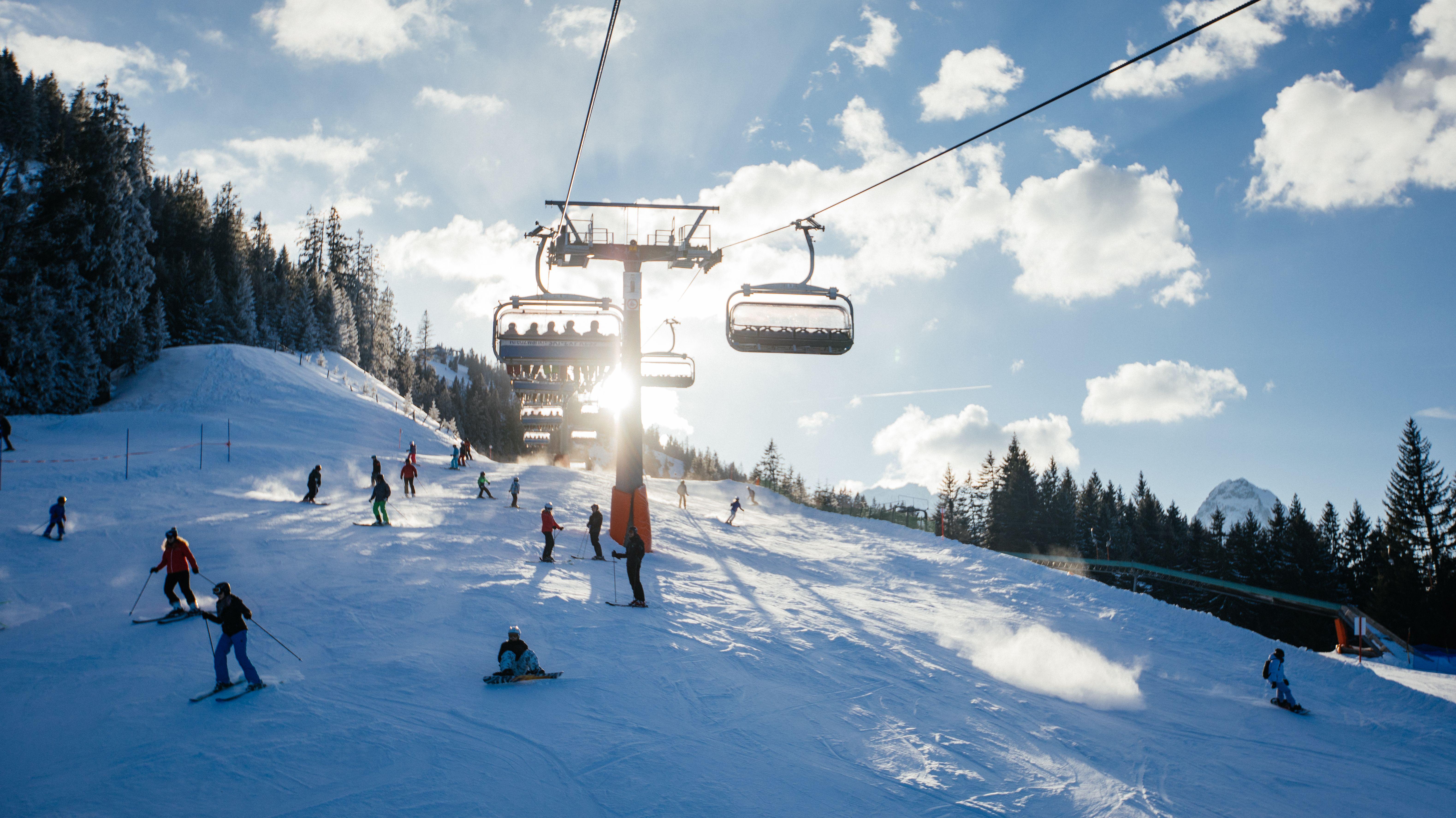 Skifahrer im Skigebiet Garmisch-Classic