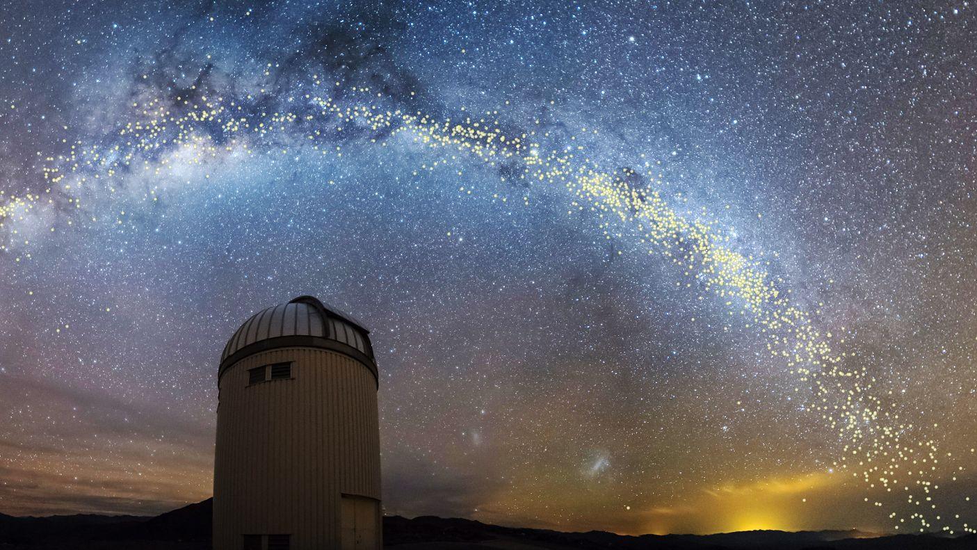 Das Panorama zeigt die Milchstraße und das helle Band der Cepheiden-Sterne, die mit OGLE, dem Experiment der Universität Warschau, entdeckt wurden.