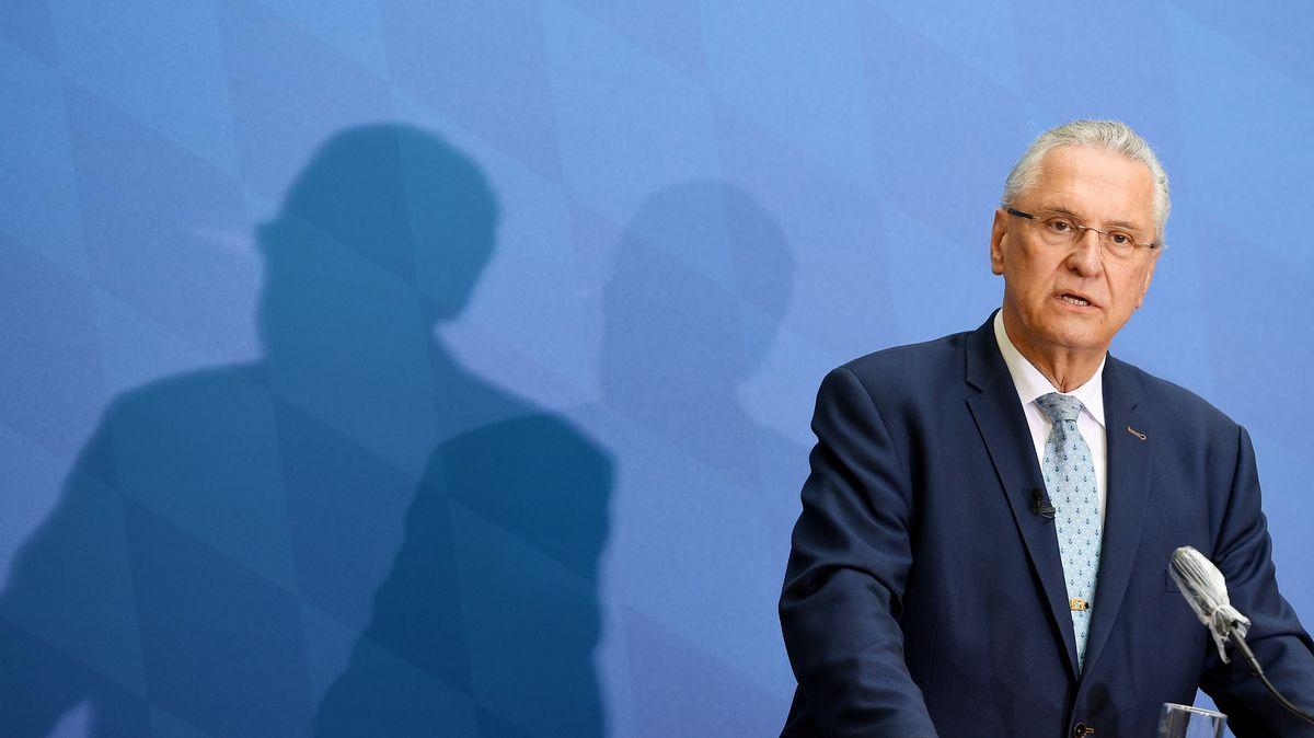 Der bayerische Innenminister Joachim Herrmann (CSU) stellt die Polizeiliche Kriminalstatistik 2020 bei einer Pressekonferenz vor.