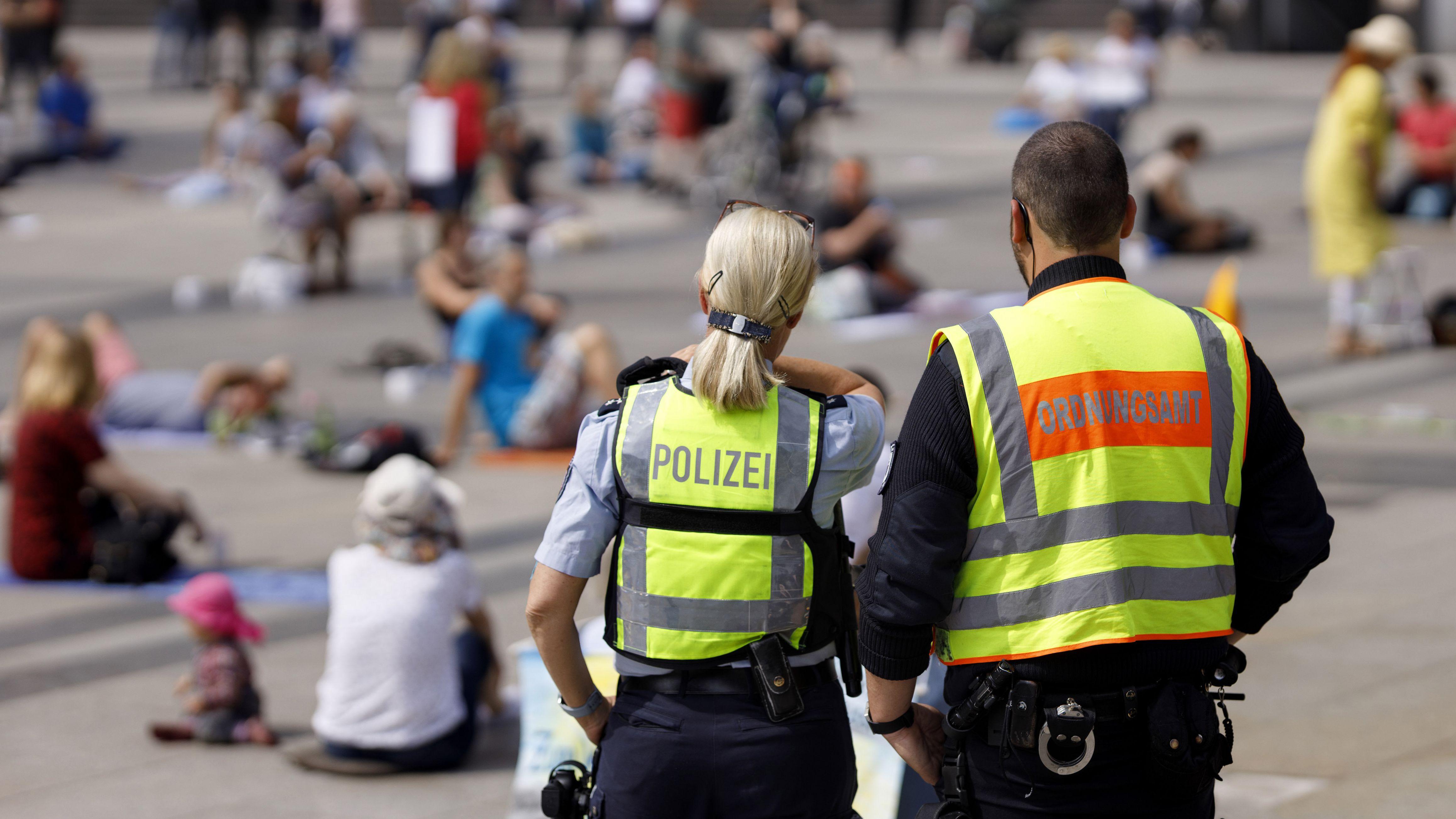 Polizistin und Mitarbeiter des Ordnungsamts bei einer Demo