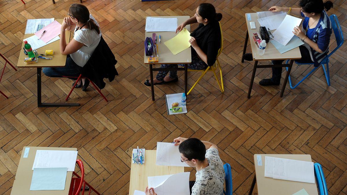 Junge Menschen bei einer Prüfung (Symbolbild)