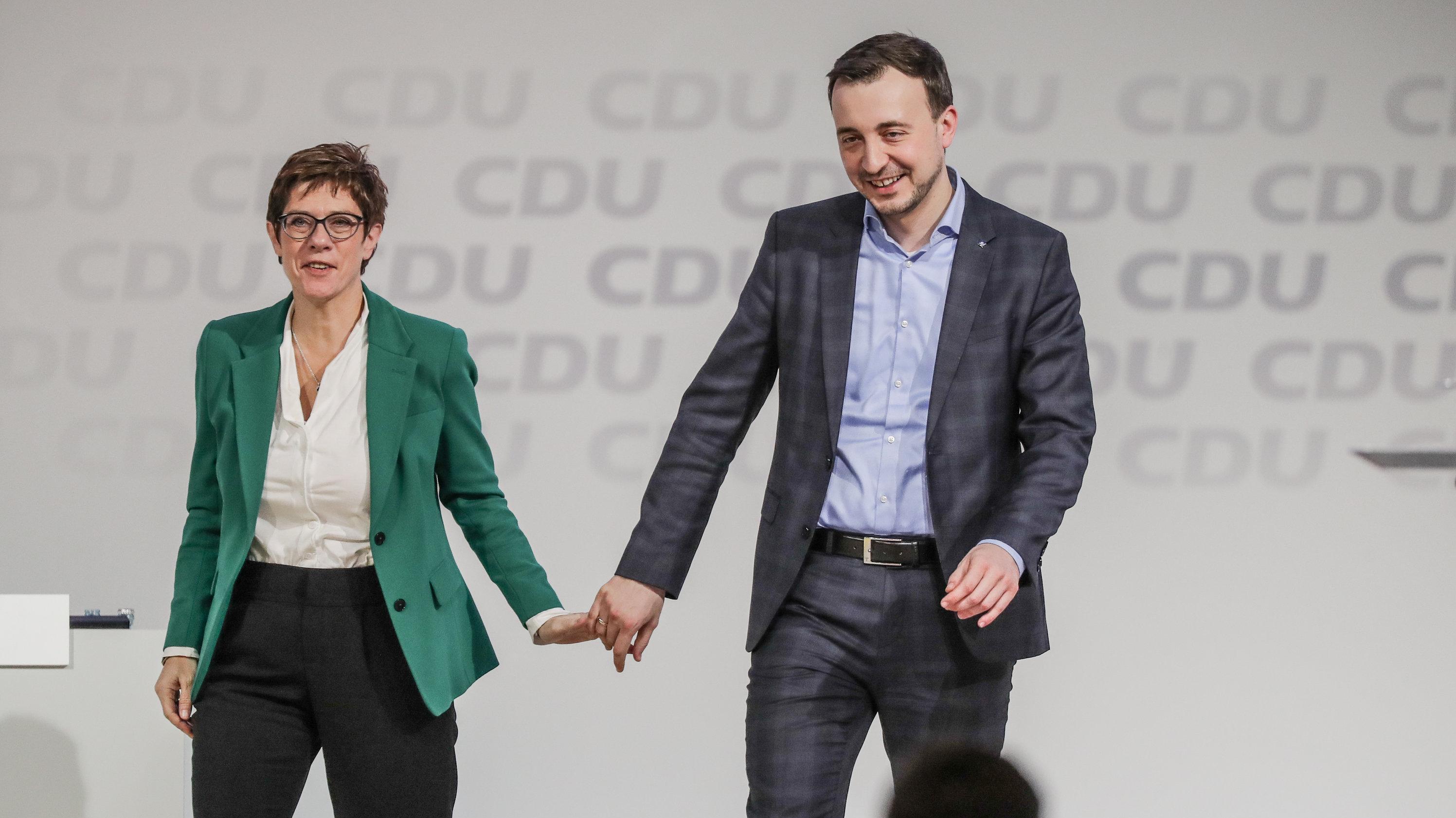 CDU_ Die neue CDU-Chefin Kramp-Karrenbauer steht zusammen mit dem neuen Generalsekretär der Partei, Ziemiak.
