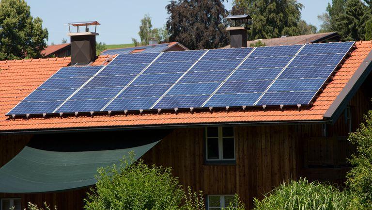 Holzhaus mit Photovoltaik.