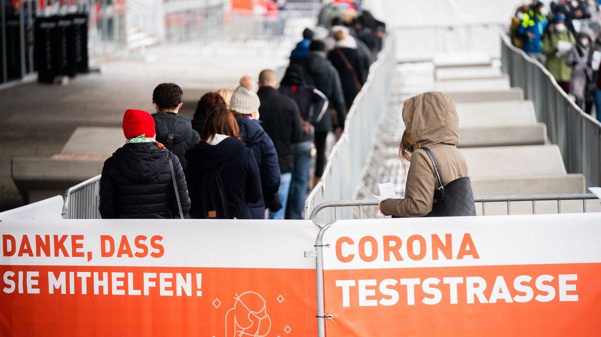 Menschen reihen sich in einer Schlange vor einem Corona-Testzentrum in Österreich ein.