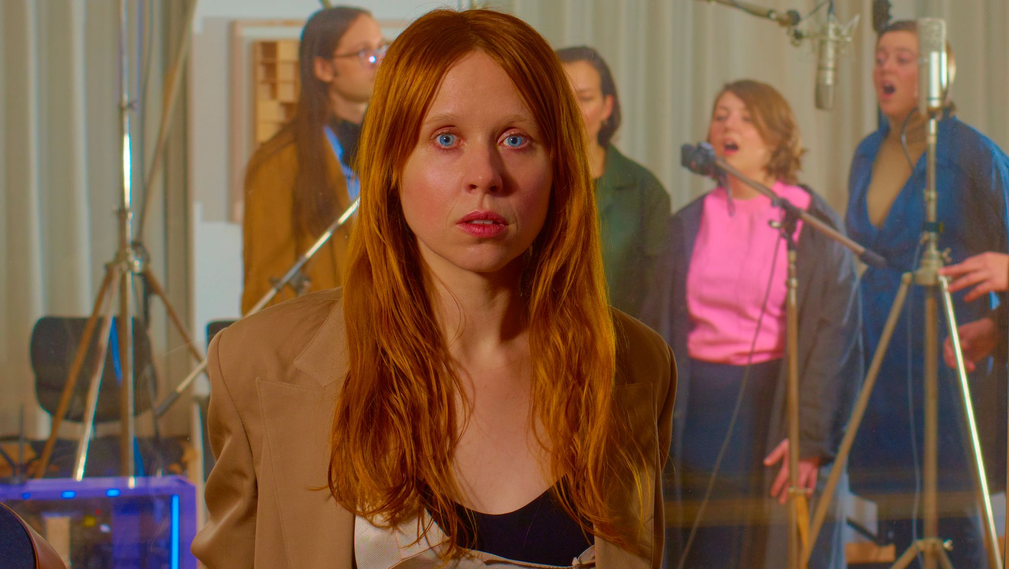 US-Musikerin Holly Herndon im Aufnahmestudio, hinter ihr singen vier Background-Musiker