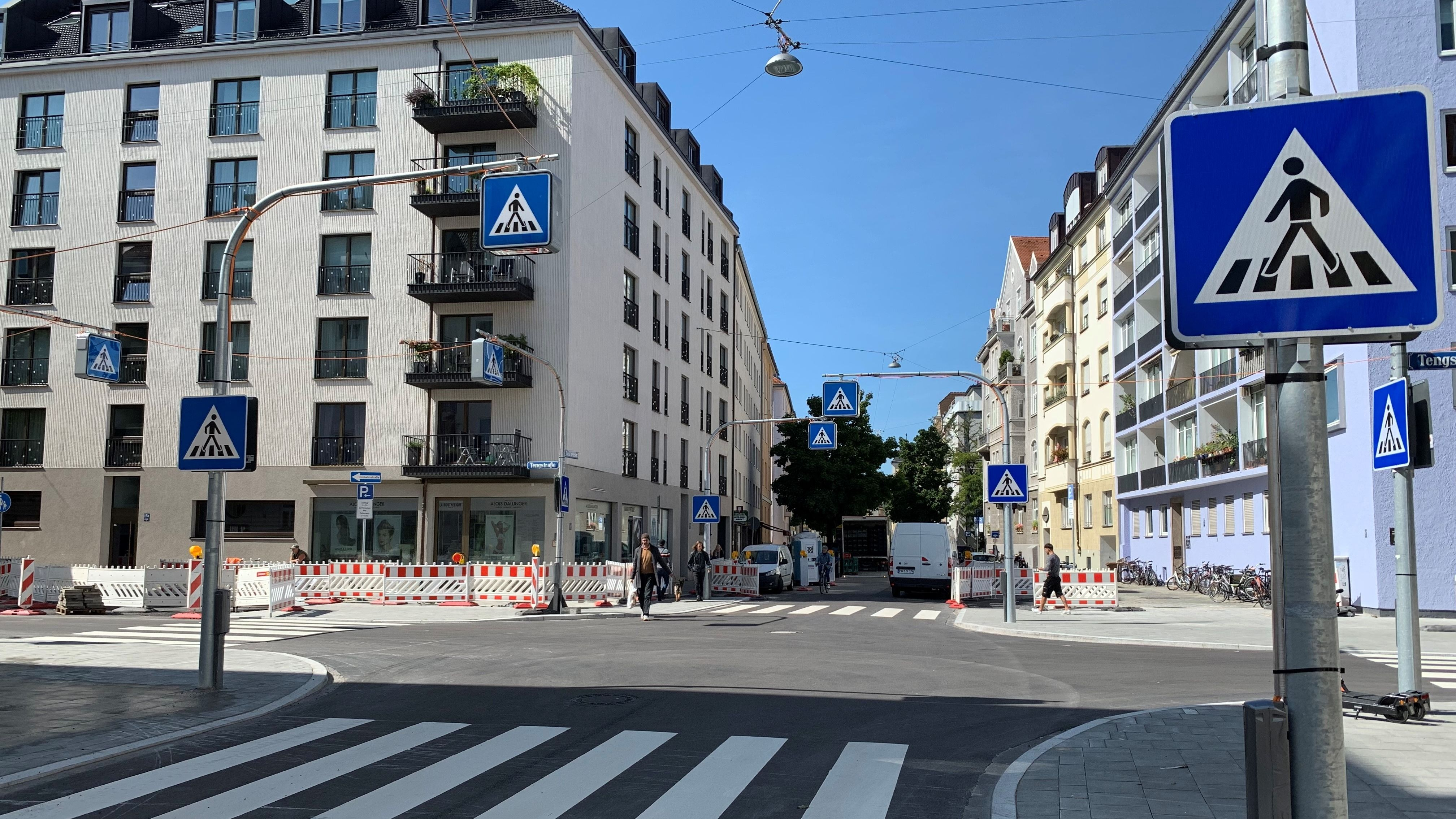Schilderwald an einer Münchner Straßenkreuzung