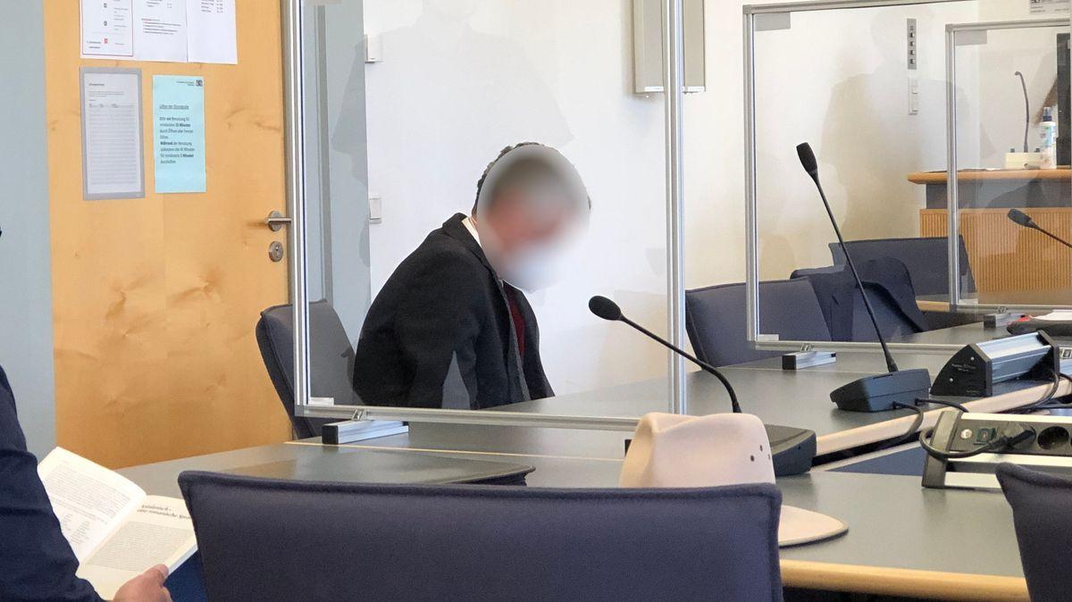 Der Angeklagte am Vormittag im Gerichtssaal.
