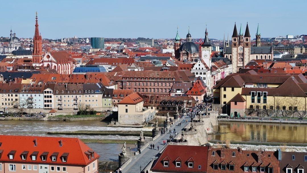 Würzburg mit Blick auf Alte Mainbrücke und Kiliansdom.