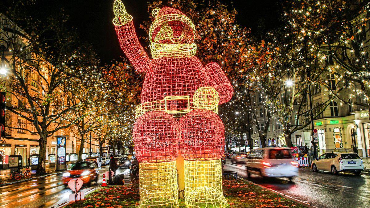 Beleuchteter Weihnachtsmann an beleuchteter Straße