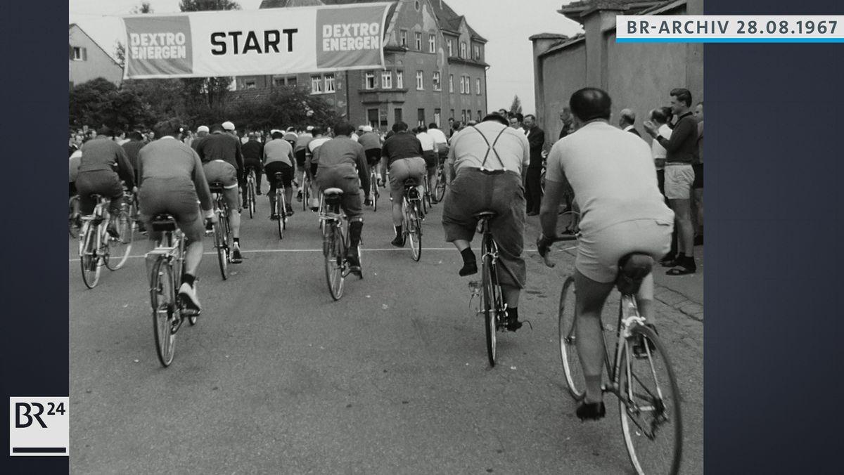 Radfahrer am Start beim ersten Volksradfahren in Augsburg
