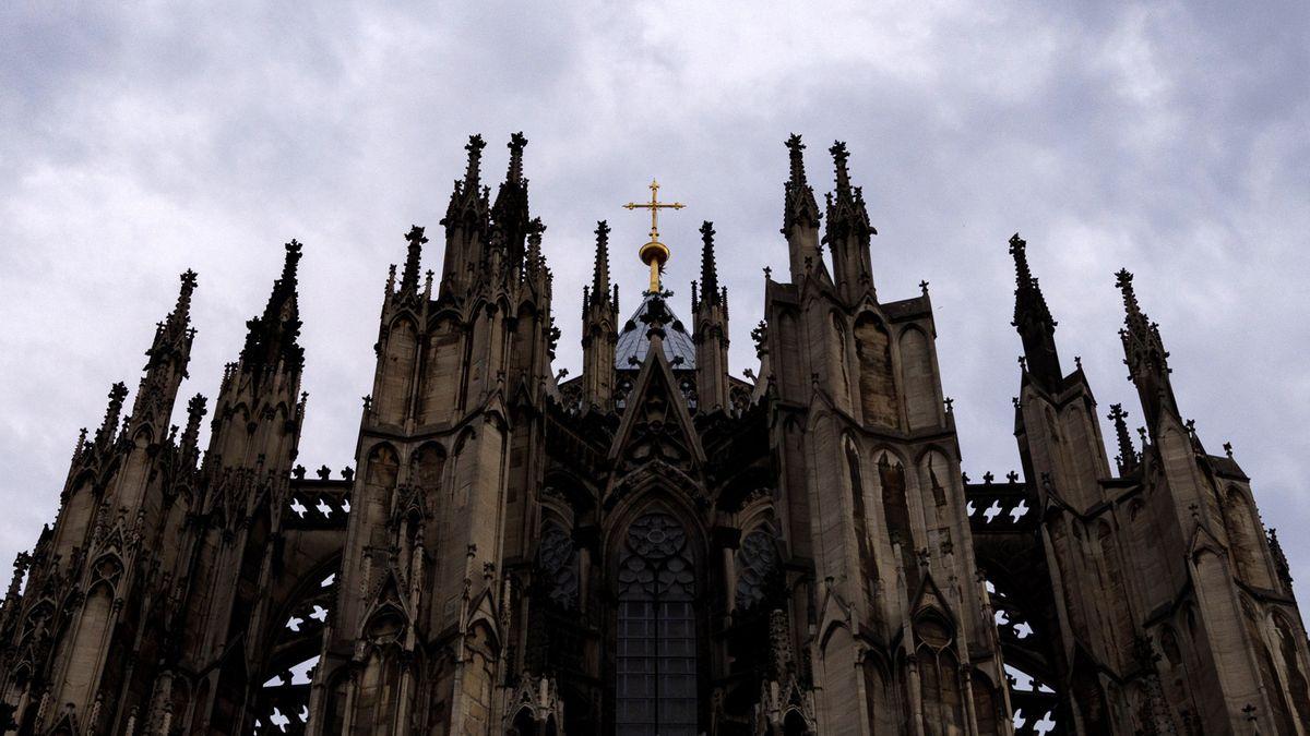 Eine Kirche, gegen den Himmel fotografiert