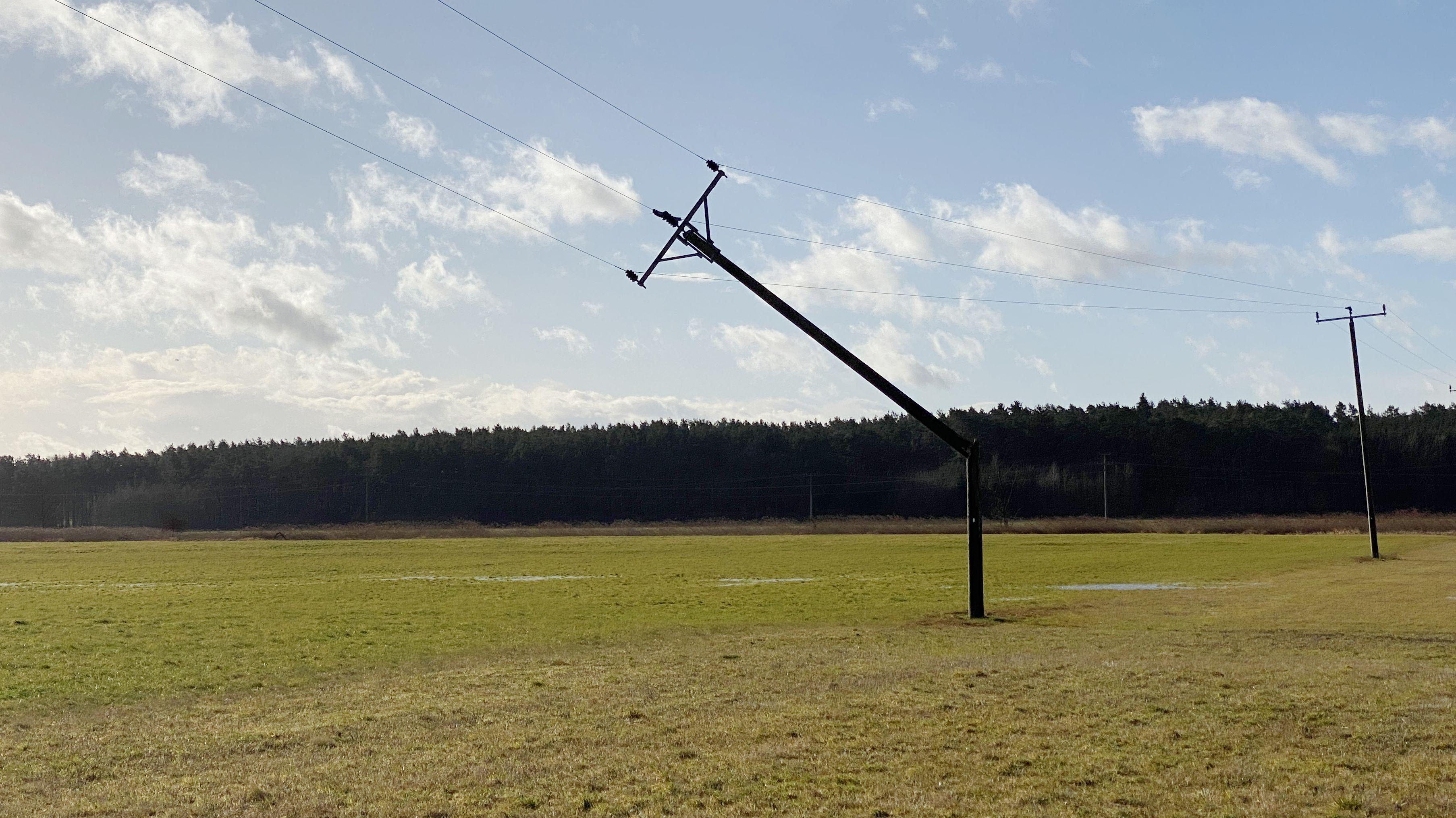Strommast im Landkreis Ansbach ist abgeknickt