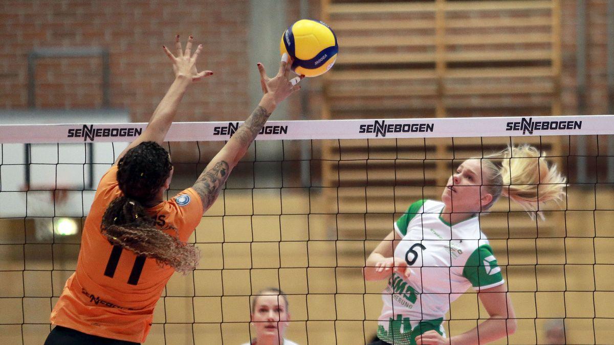 Tionna Williams von Nawaro Straubing am Netz in der Turmair Volleyballarena im Dezember 2019