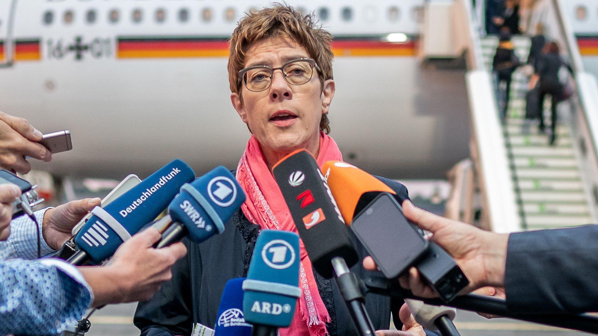 Annegret Kramp-Karrenbauer (CDU) gibt vor Kamera-Teams ein Statement ab