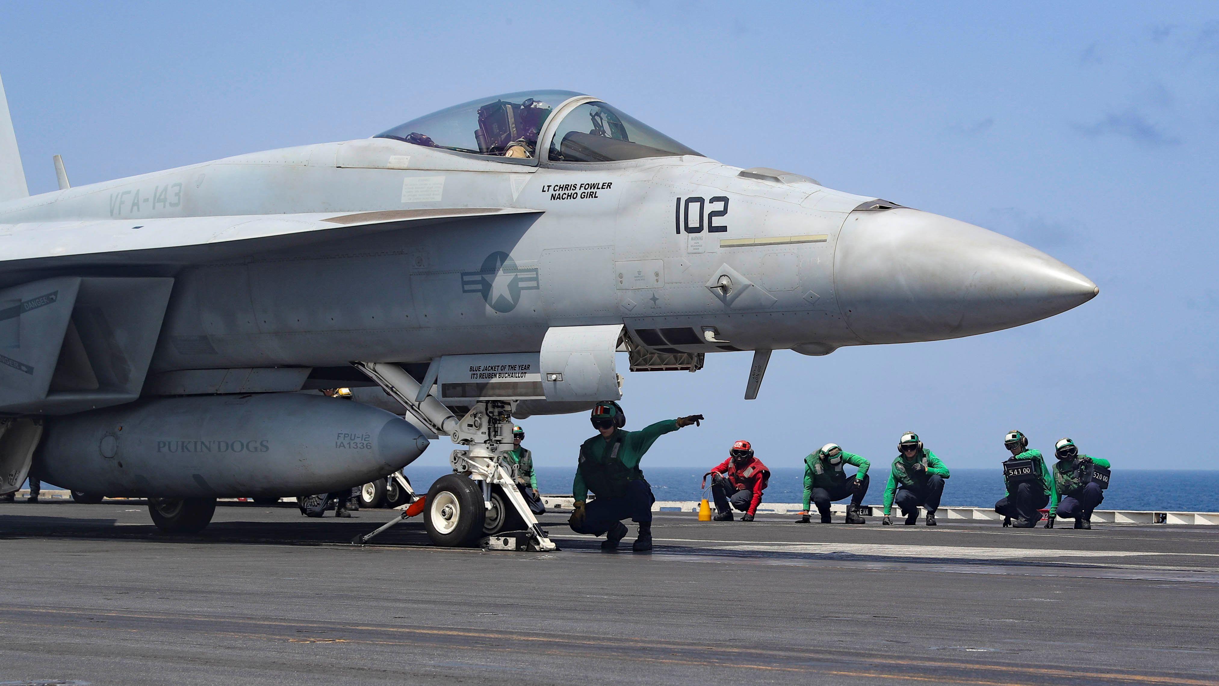 F18-Kampfflugzeug an Bord des Flugzeugträgers USS Abraham Lincoln in der Arabischen See