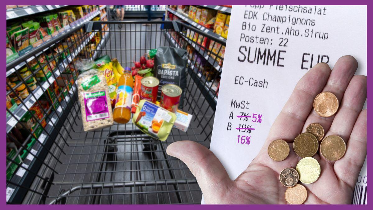 Ein Einkaufswagen mit einigen Produkten im Gang eines Supermarkts. Rechts im Bild ein Kassenbon, bei dem die 19% Mehrwertsteuer durchgestrichen sind und mit 16% überschrieben sind. Auch die 7% sind durchgestrichen und mit 5% überschrieben. Davor eine Hand, die ein paar Cent-Münzen hält.