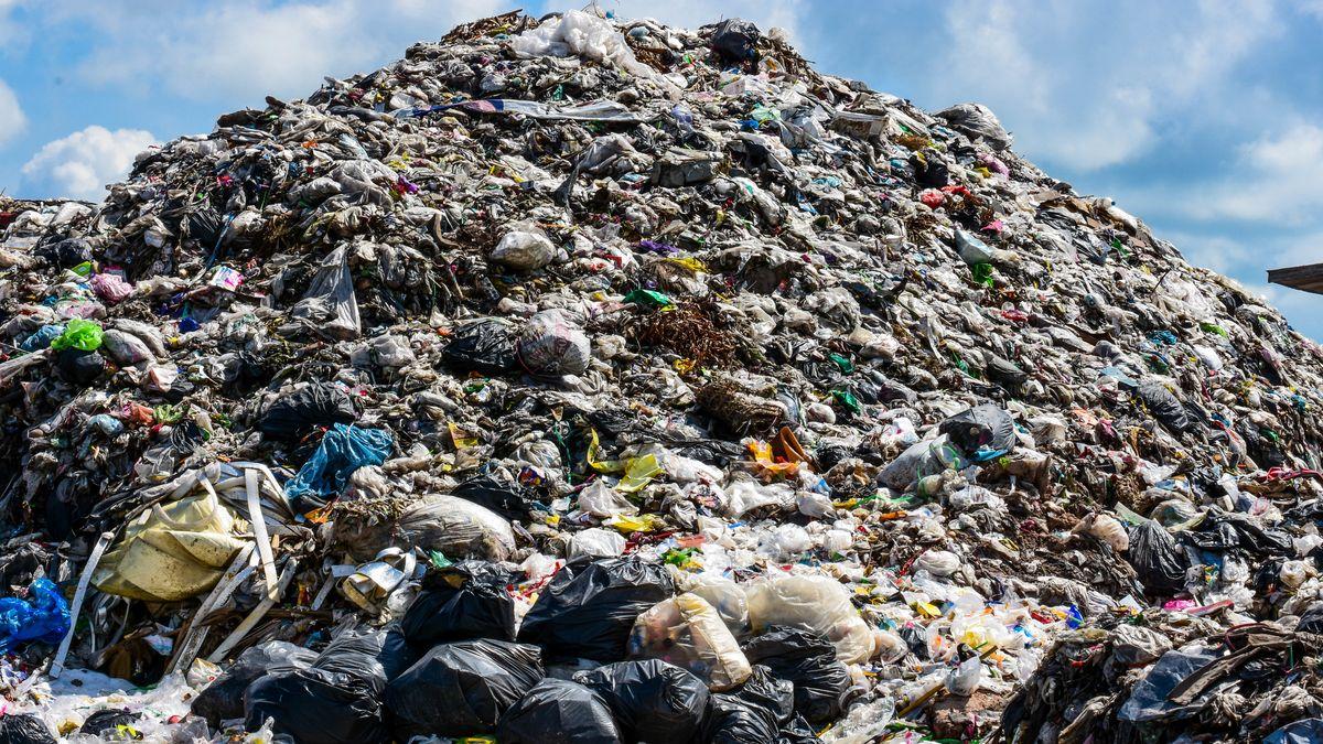 Ein Berg aus Plastikmüll in Asien