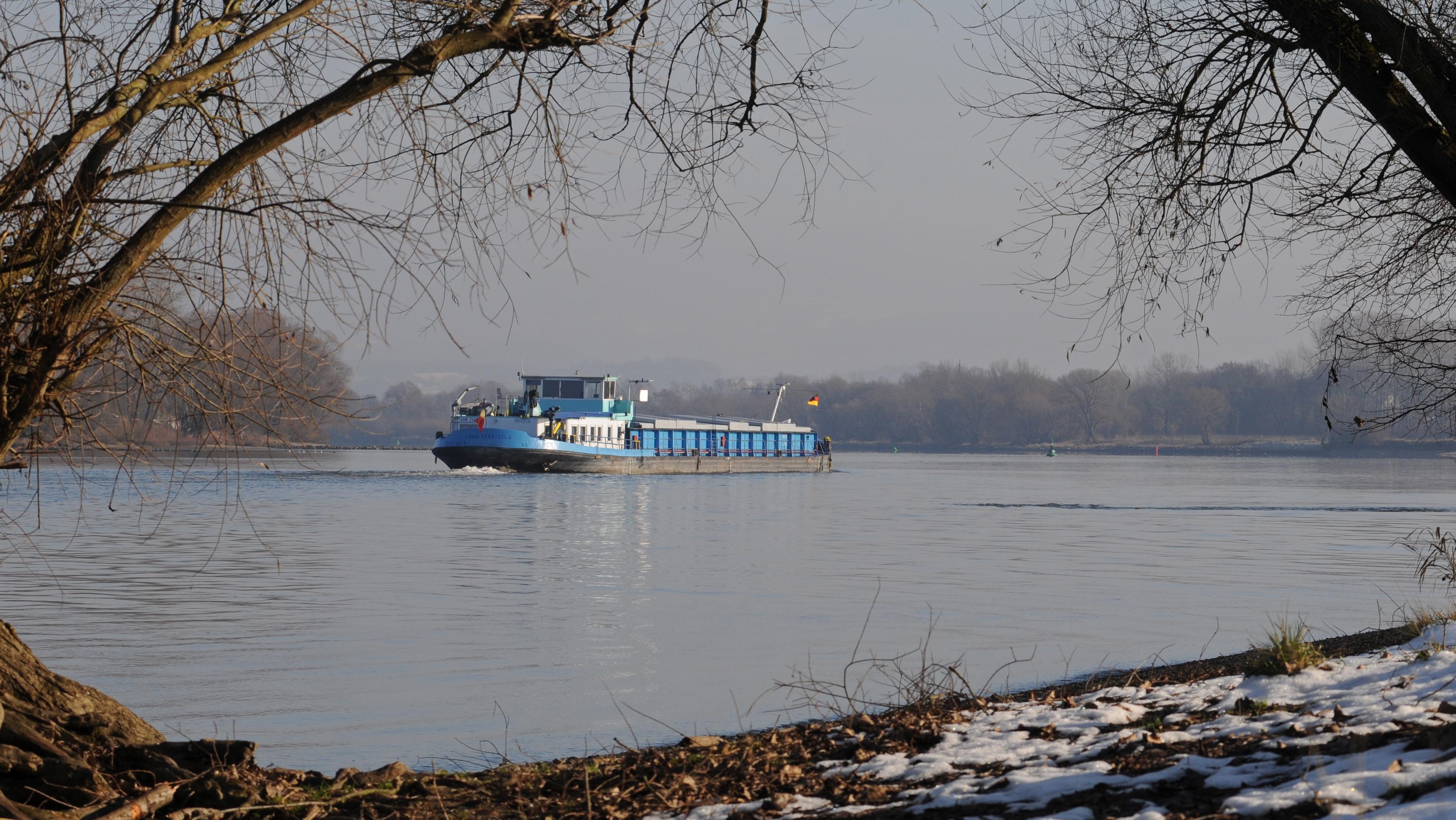Ein Schiff fährt auf der Donau zwischen Straubing und Vilshofen