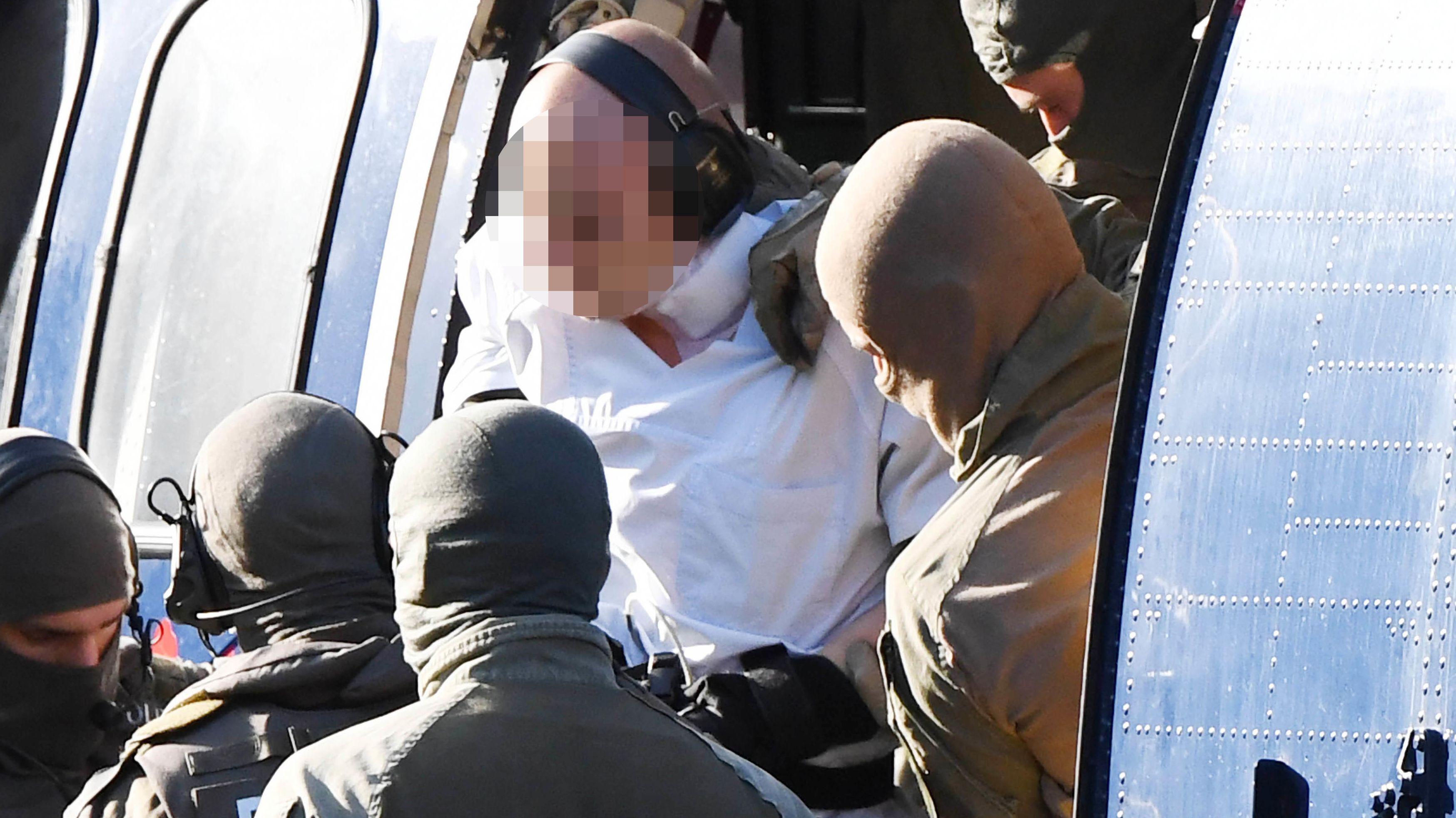 Karlsruhe: Mutmaßlicher Attentäter von Halle wird von Polizisten aus einem Hubschrauber gebracht