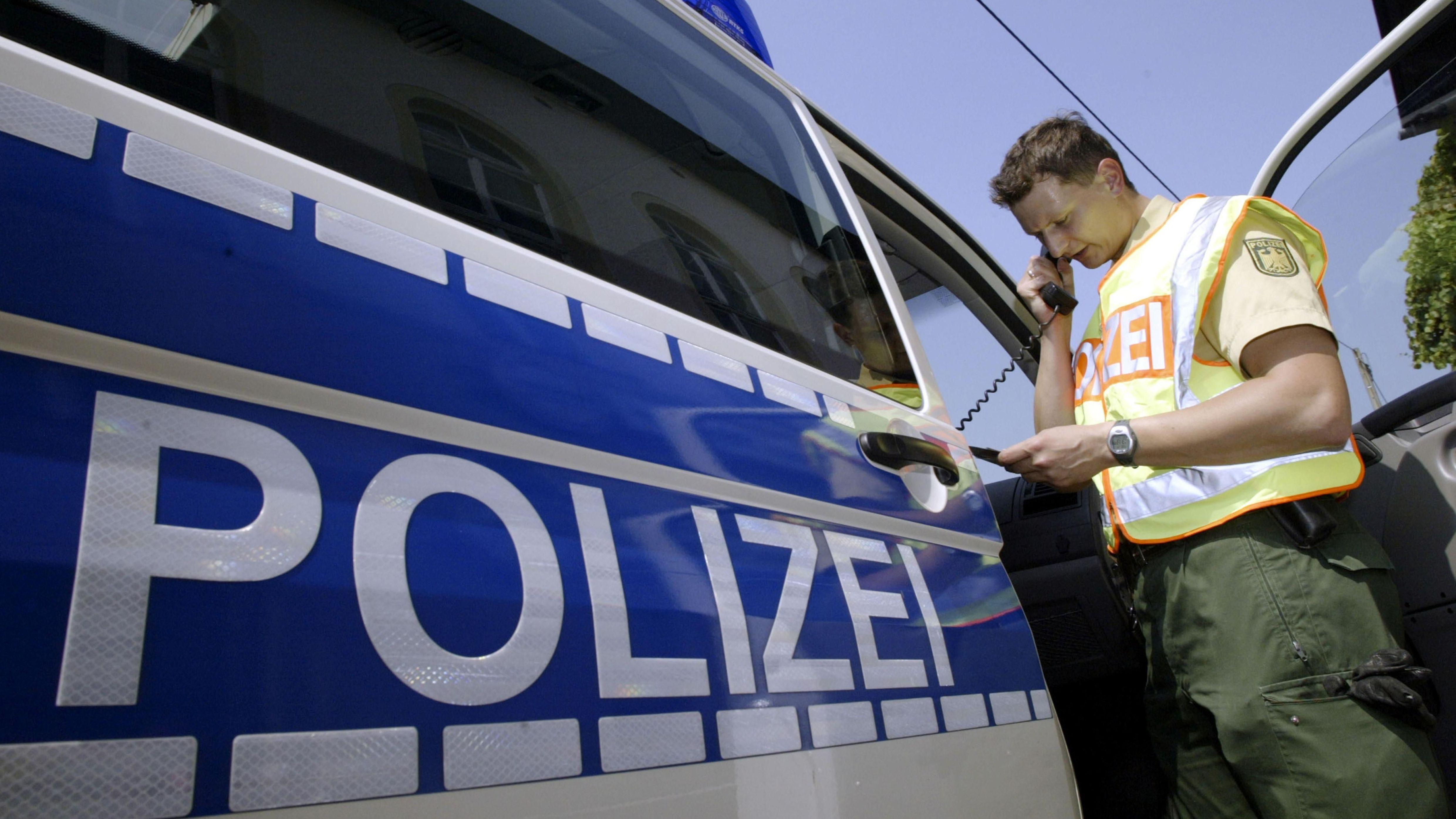Bundespolizist an der Autobahn (Symbolbild)