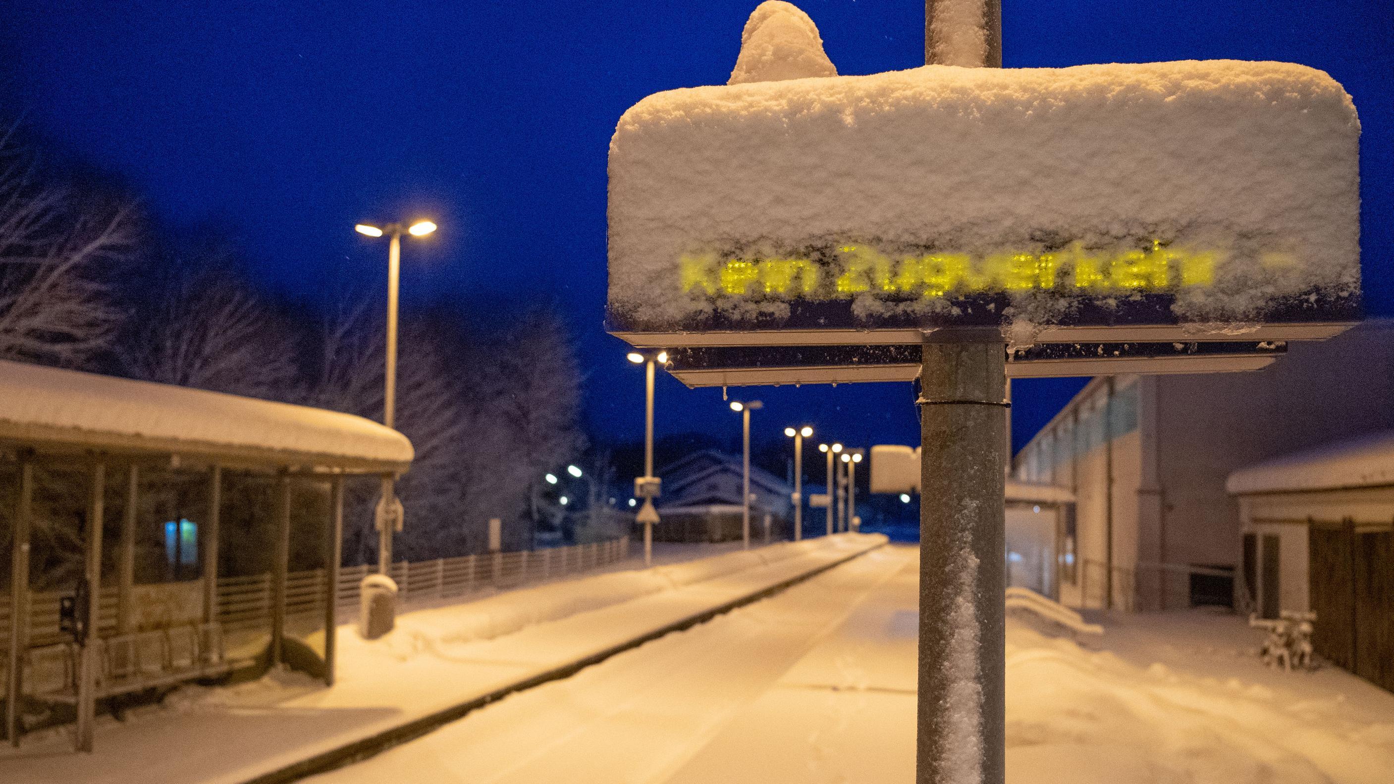 Verkehrschaos auch bei der Bahn: Vorallem in Südbayern wie hier in Miesbach waren Strecken wegen des vielen Schnees gesperrt.