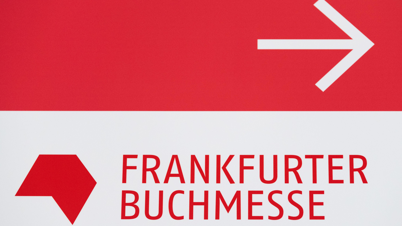 Das Logo der Frankfurter Buchmesse auf einem Wegweiser auf dem Messegelände.