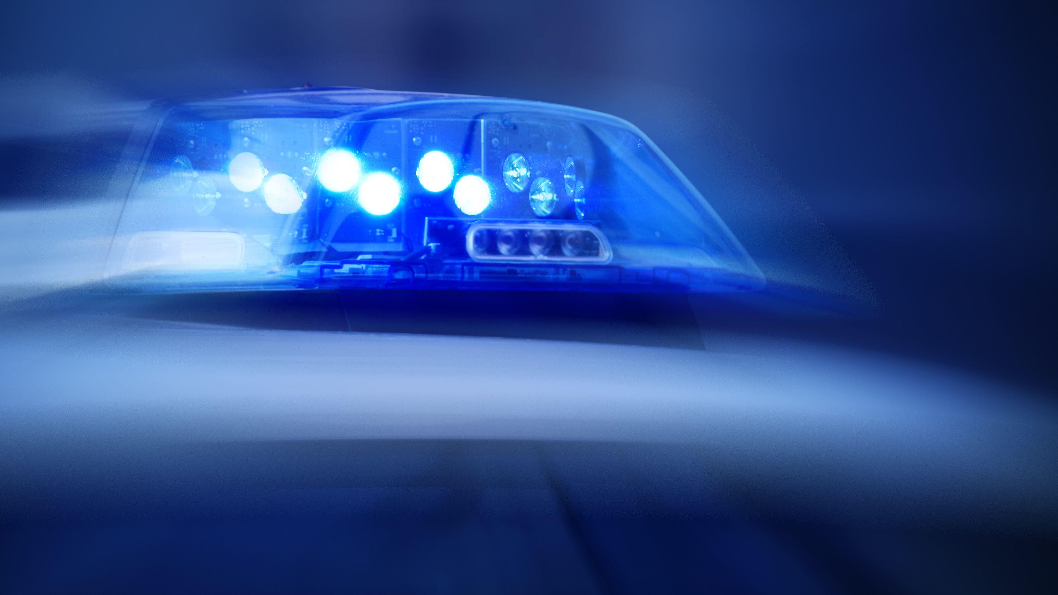 Blaulicht auf einem Streifenwagen der Polizei (Archiv)