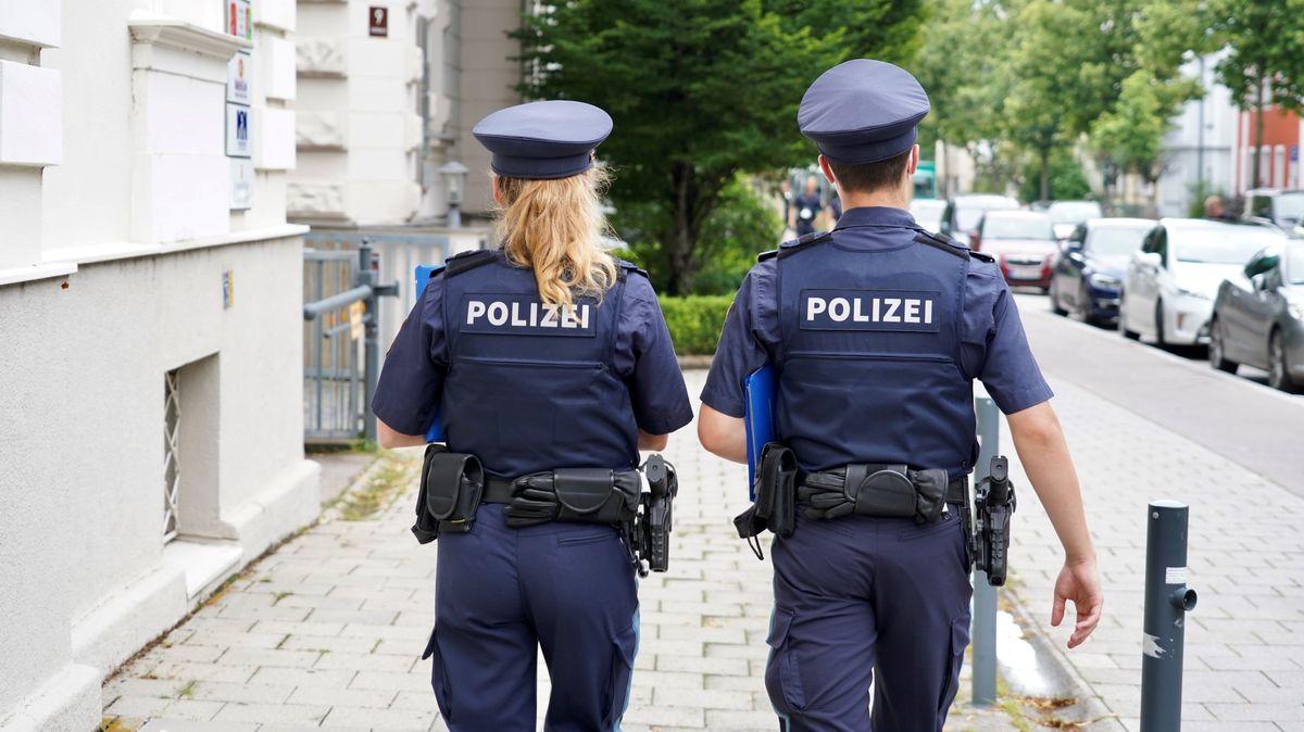 Polizisten befragen Anwohner im Bereich des Tatorts in Regensburg. Mitte Juni hatte ein unbekannter Mann eine Frau sexuell genötigt
