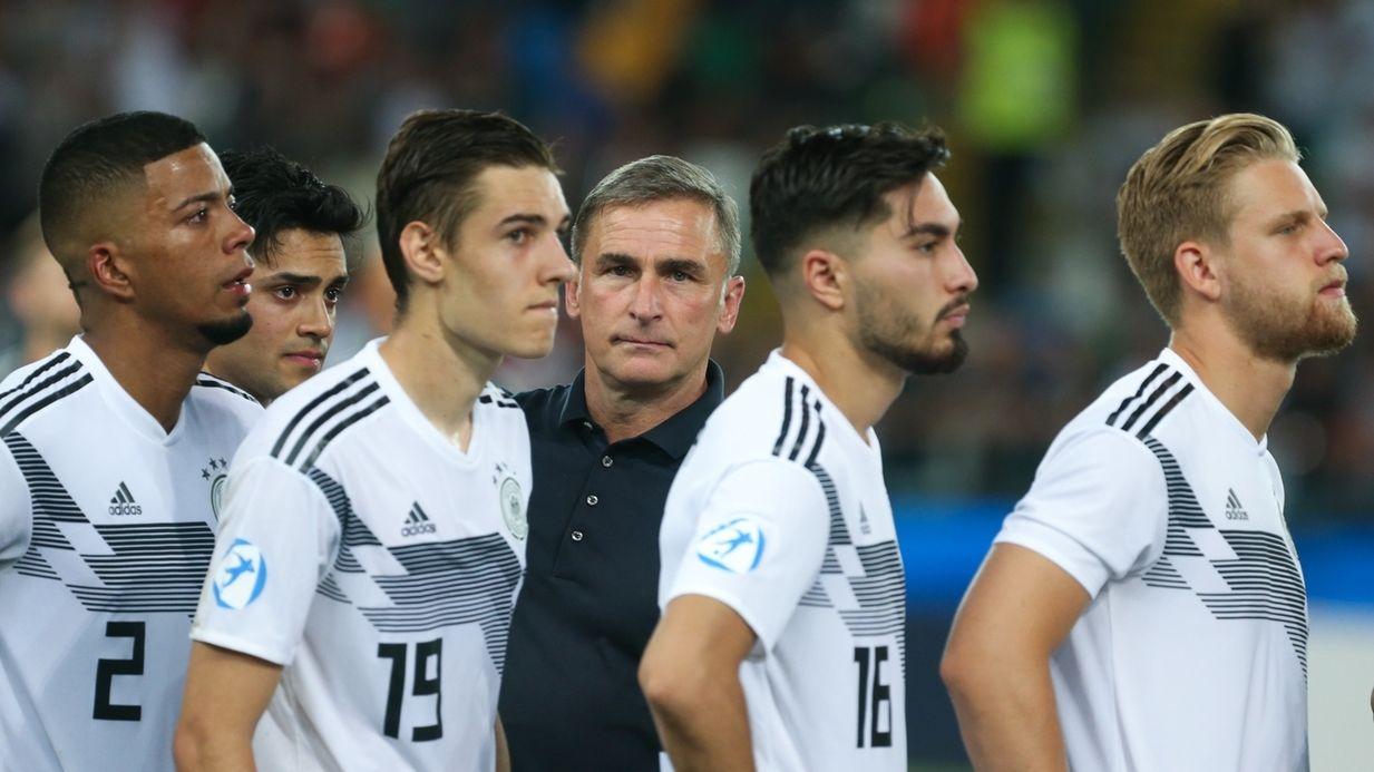U21-Trainer Stefan Kuntz inmitten seiner Spieler