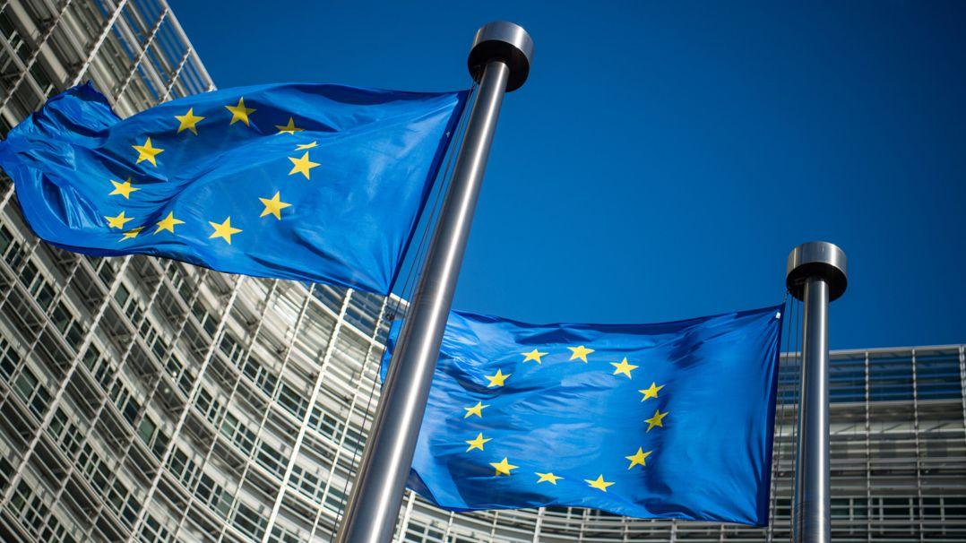 Flaggen der Europäischen Union wehen im Wind.