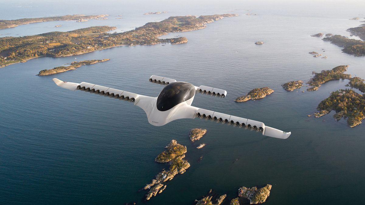 Das Elektro-Flugtaxi des Herstellers Lilium bei einem Flug über Inseln. Lilium hat den Bau einer zweiten Fabrik bei München angekündigt.