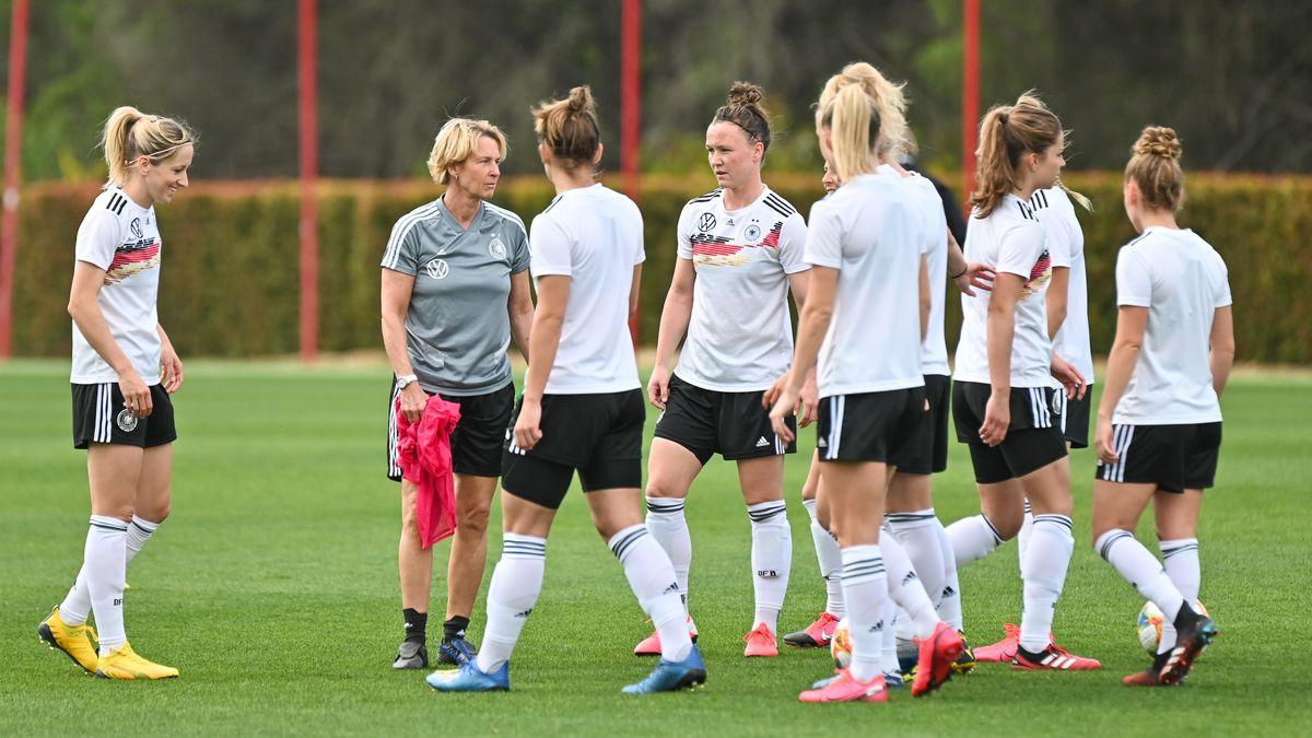 Training der deutschen Frauenfußball-Nationalmannschaft mit DFB-Trainerin Martina Voss-Tecklenburg.