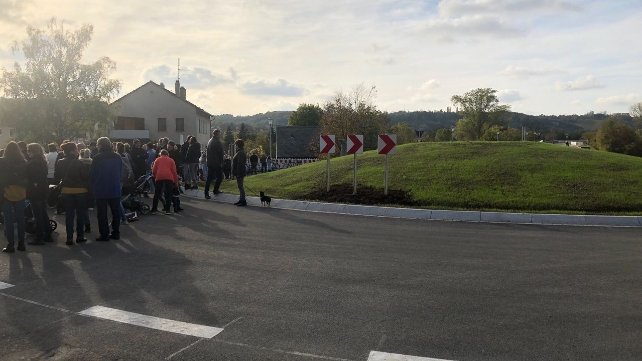 Bei der feierlichen Einweihung stehen mehrere Menschen in Sommerhausen um einen neuen Kreisverkehr herum.