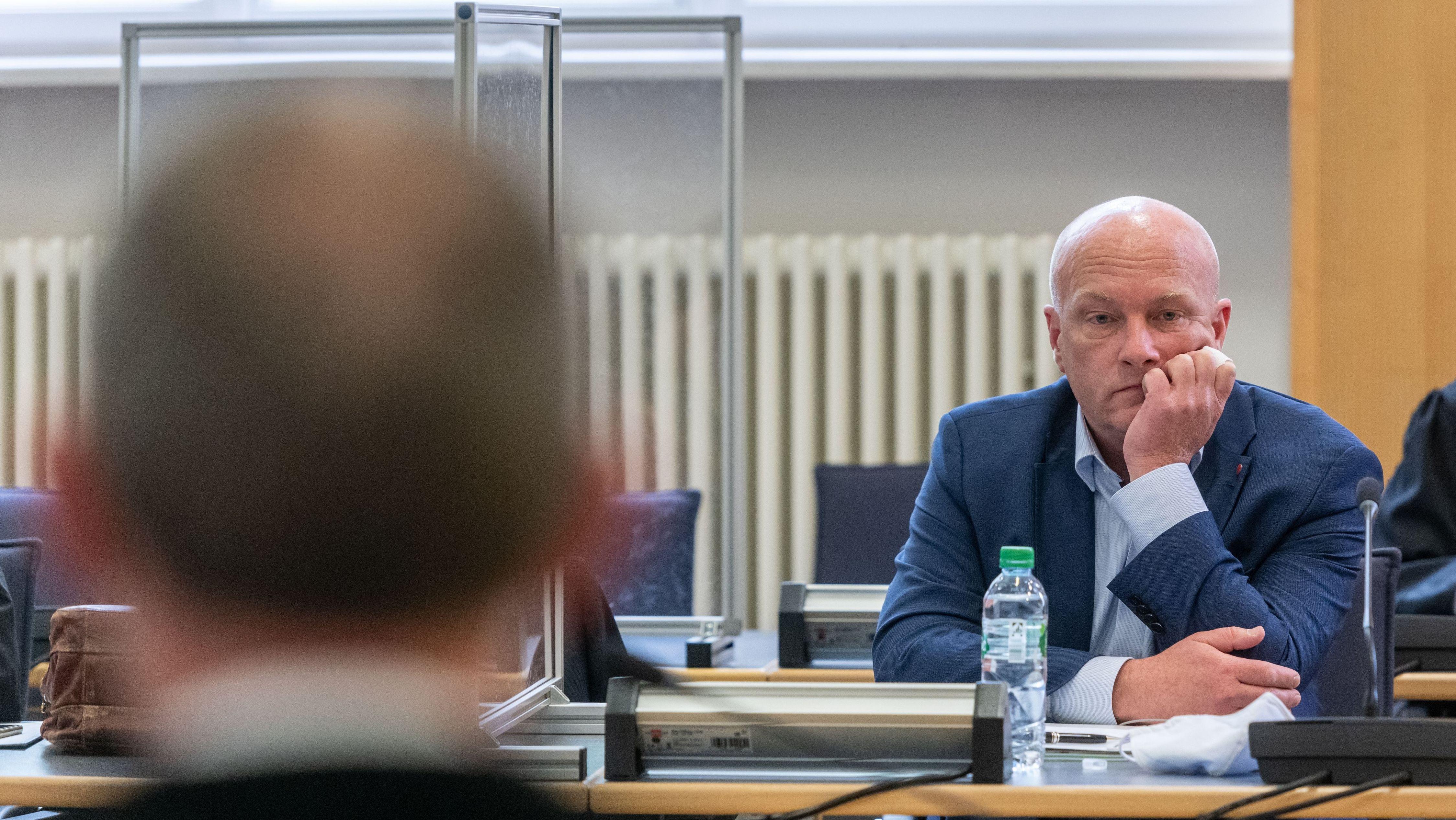 Joachim Wolbergs, Regensburger Ex-Oberbürgermeister, sitzt im Verhandlungssaal des Landgerichts hinter Trennwänden aus Plexiglas.