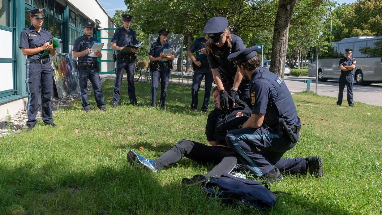 Eine Übung am 6.8.2019  vor dem Gebäude der Bereitschaftspolizei in Königsbrunn. Mehrere Polizeischüler nehmen einen Mann fest, der am Boden liegt.