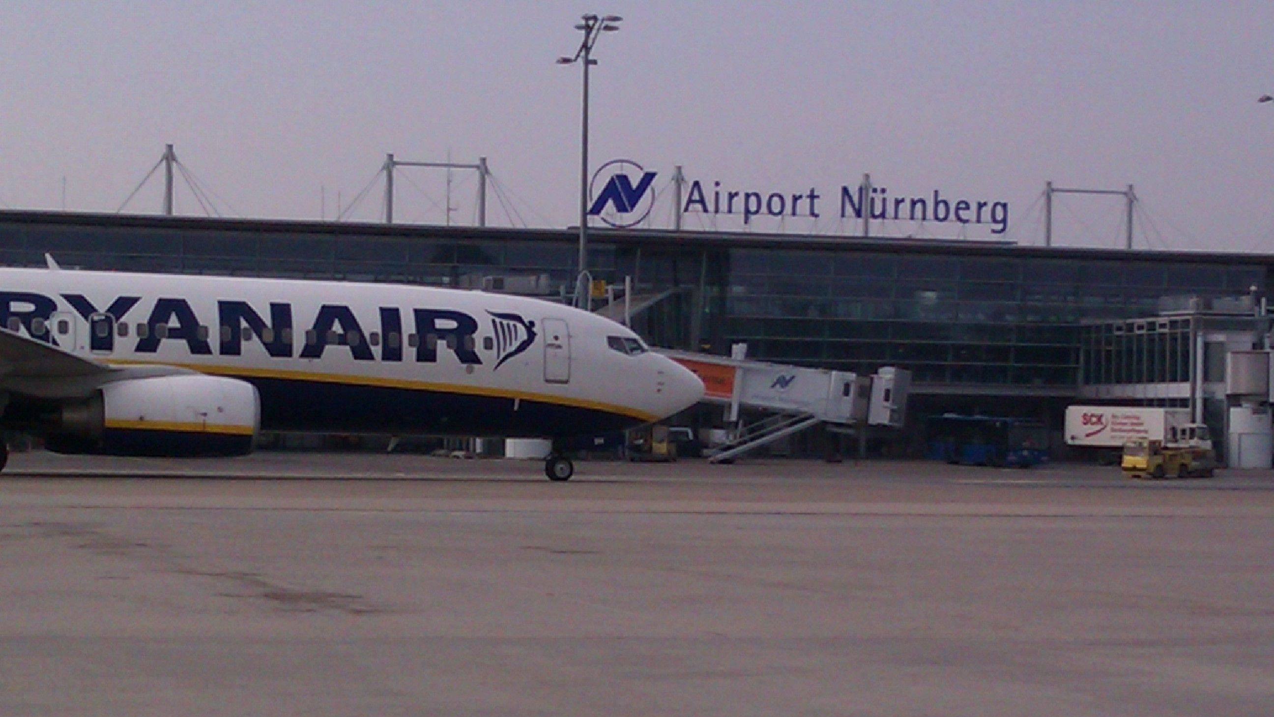 Ryanair-Flugzeug auf dem Rollfeld in Nürnberg