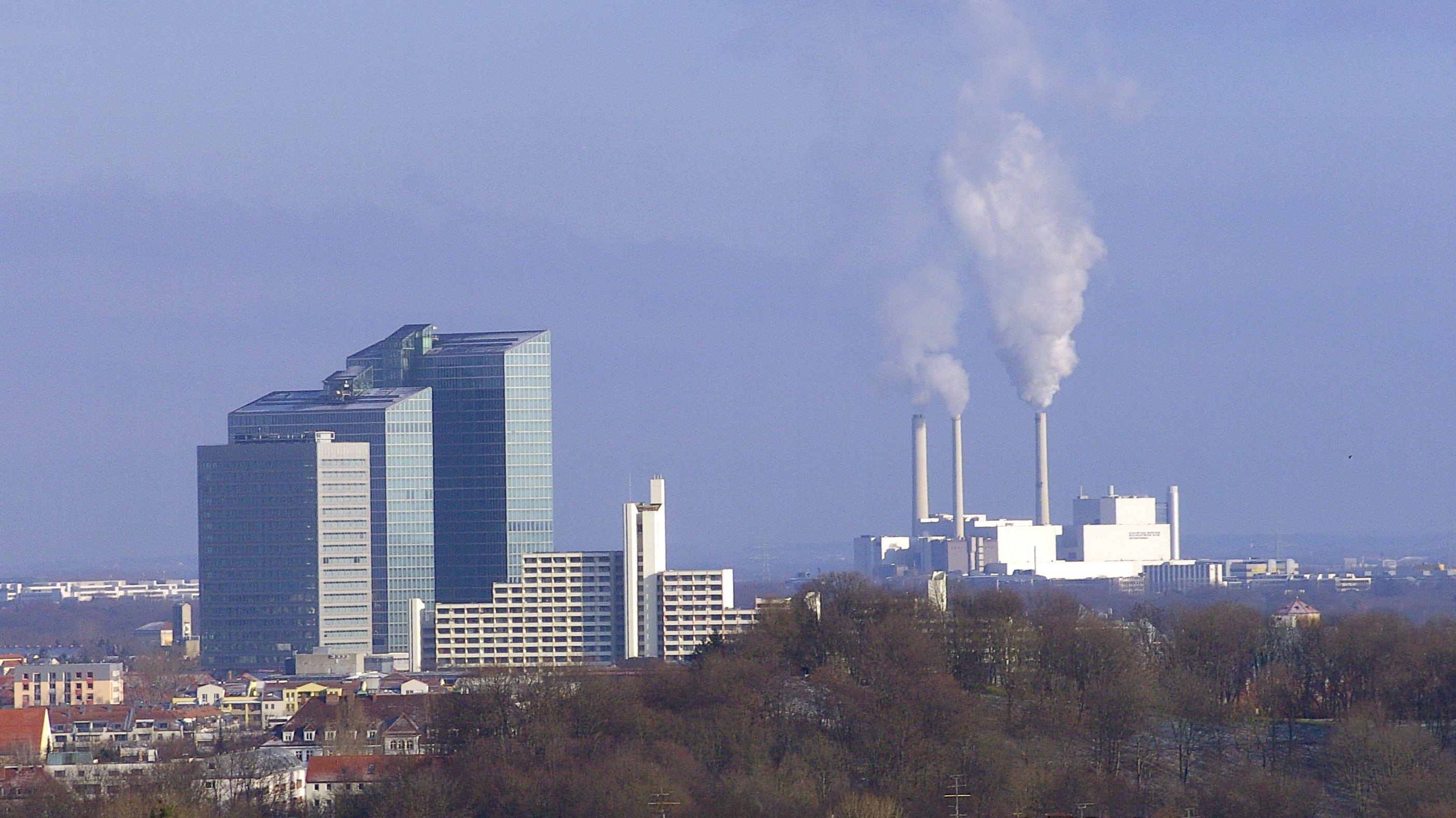 Hochhäuser der Parkstadt Schwabing und Heizkraftwerk in Unterföhring.