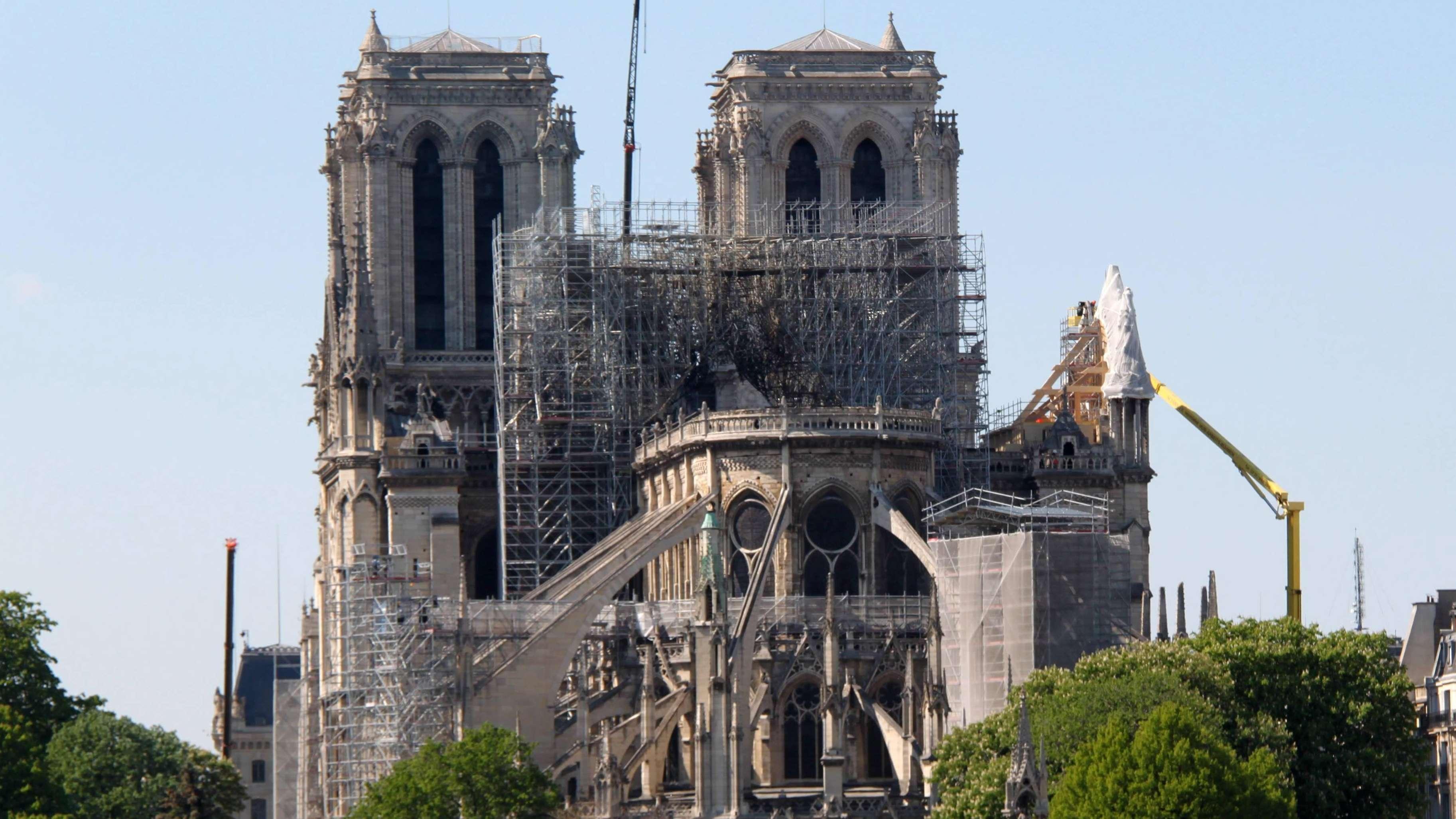 Notre-Dame in Paris, zu sehen sind Kräne und ein Baugerüst.