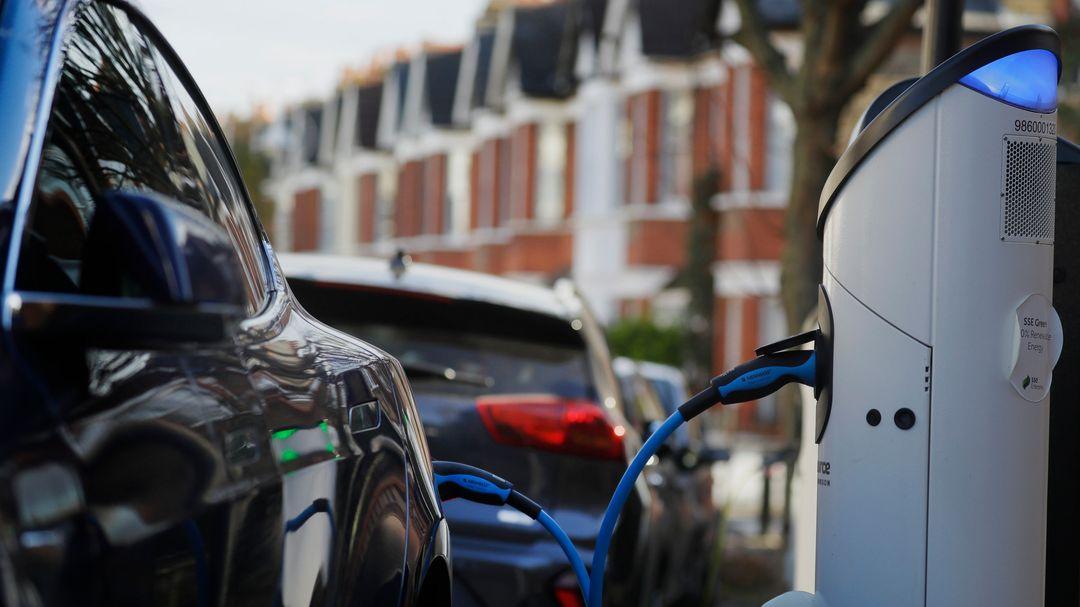 Ein Elektroauto lädt an einer Ladestation