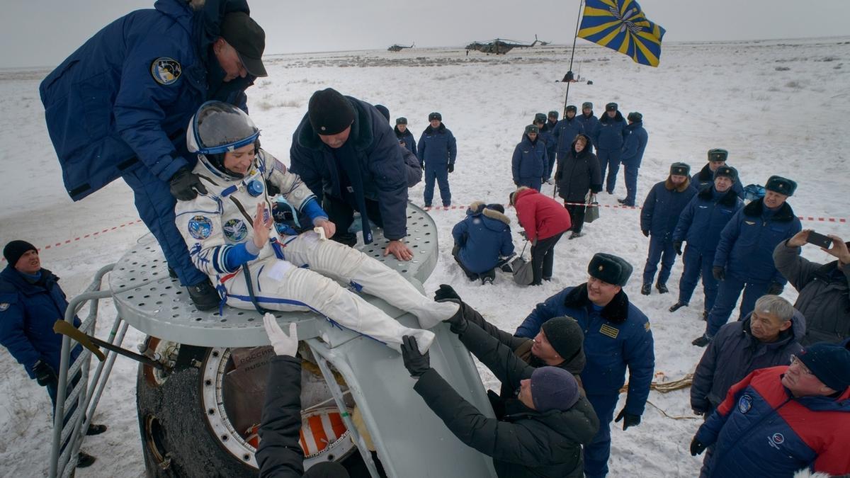 Nach der Landung der Sojus-Raumkapsel am 20. Dezember 2018 wird die US-Astronautin Serena Auñón-Chancellor aus der Sojuskapsel gezogen. Die Kollegin von Alexander Gerst reiste mit dem deutschen Astronauten und ihrem russischen Kollegen Sergej Prokopjew von der Internationalen Raumstation ISS zurück zur Erde.