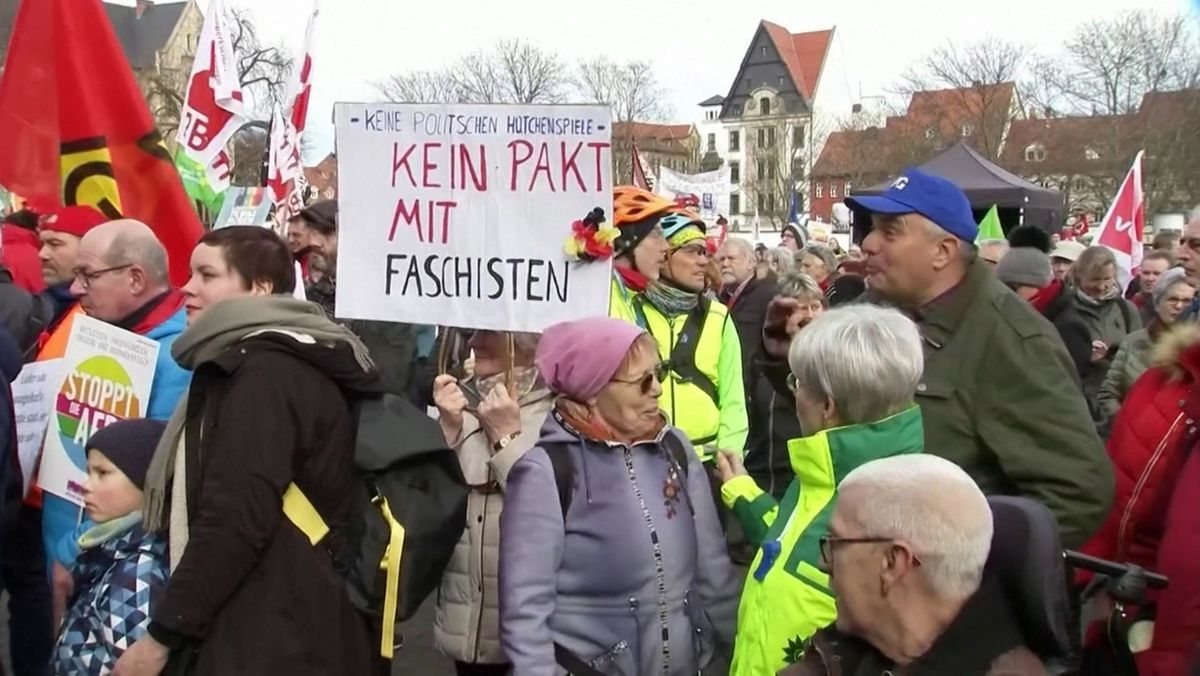 "Demonstranten mit Transparent ""Kein Pakt mit Faschisten"" in Erfurt"